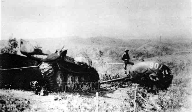 Xe tăng địch bị quân và dân Cao Bằng tiêu diệt tại mặt trận đồi Thanh Sơn, khu vực Nà Toàng, ngày 19-2-1979. Ảnh: Mạnh Thường – TTXVN