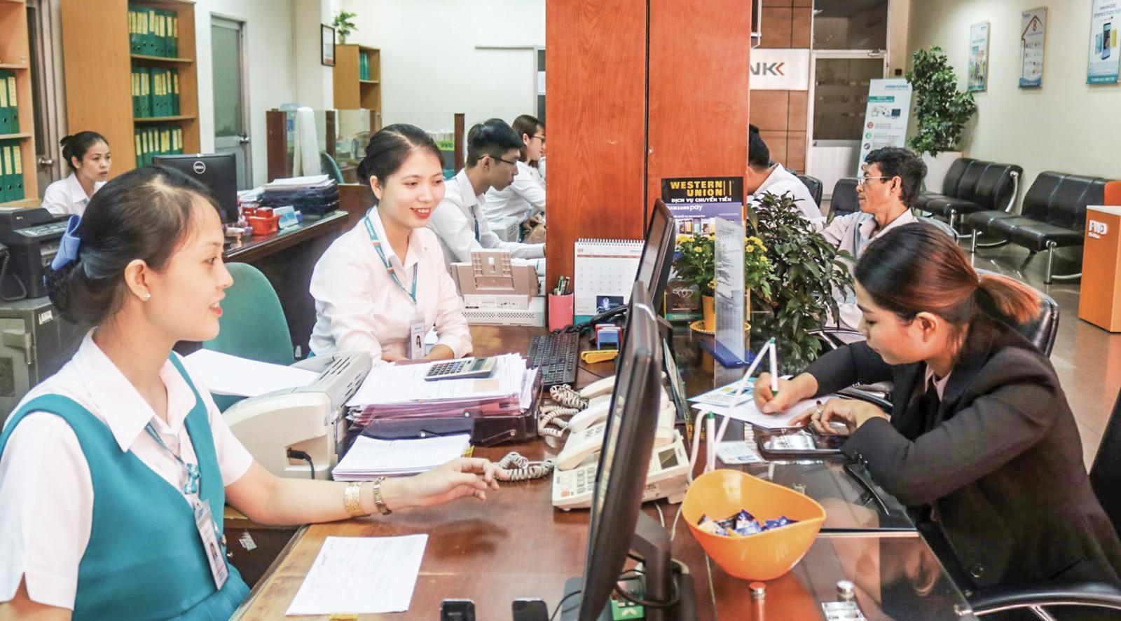 Khách hàng thanh toán tiền điện tại Ngân hàng TMCP An Bình Chi nhánh Cần Thơ. Ảnh: M. HOA