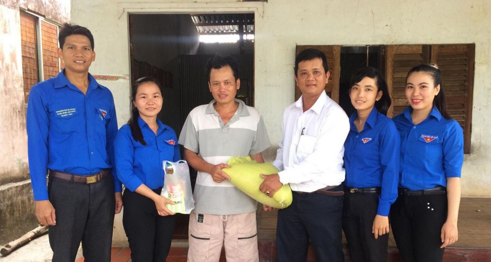 Cán bộ, đoàn viên Chi đoàn Cơ quan đến thăm và tặng quà cho gia đình có hoàn cảnh khó khăn. Ảnh: CHUNG CƯỜNG