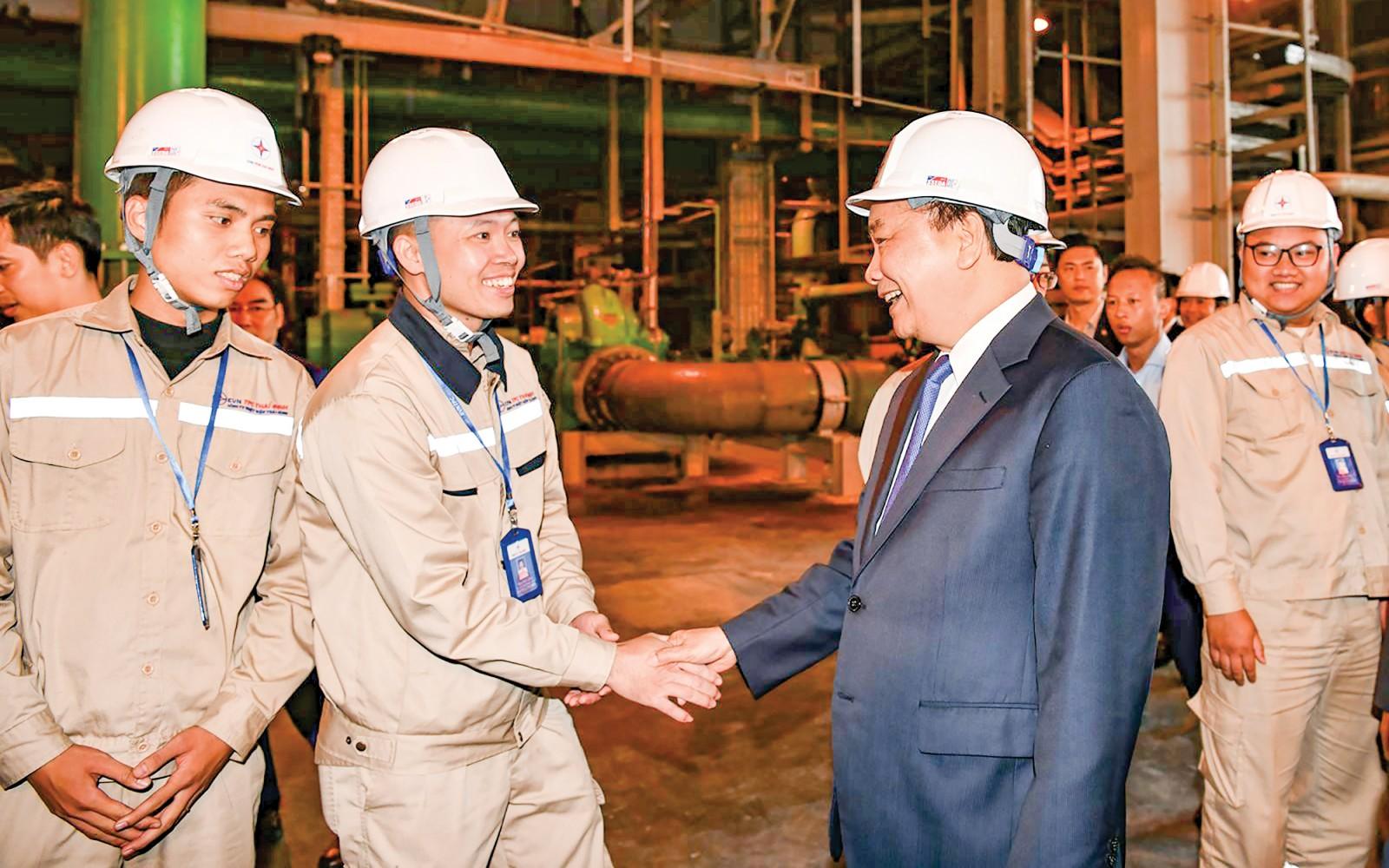 Thủ tướng Nguyễn Xuân Phúc trò chuyện với công nhân Nhà máy nhiệt điện Thái Bình 1. Ảnh: VGP/QUANG HIẾU