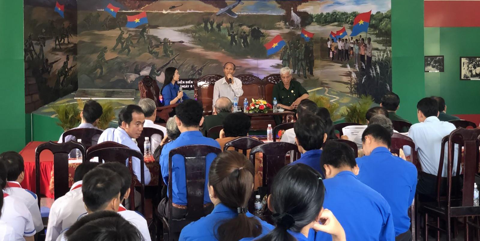 Tuổi trẻ TP Cần Thơ phối hợp tổ chức cho ĐVTN giao lưu với các nhân chứng lịch sử nhằm giáo dục truyền thống yêu nước, vun đắp lý tưởng sống cho thế hệ trẻ. Ảnh: QUỐC THÁI