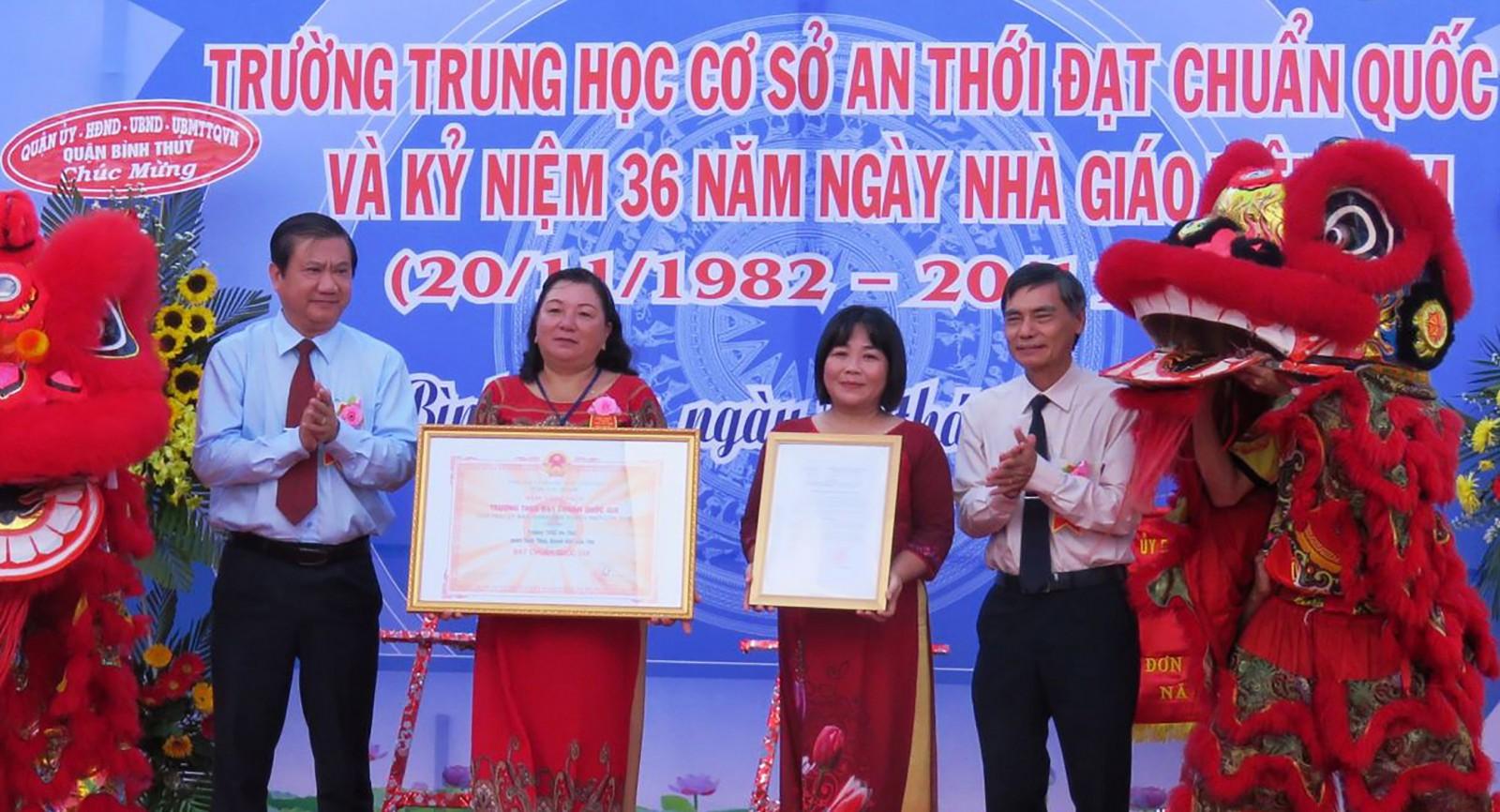 Đại diện Ban Giám hiệu Trường THCS An Thới đón Bằng công nhận trường đạt chuẩn quốc gia. Ảnh: B.KIÊN