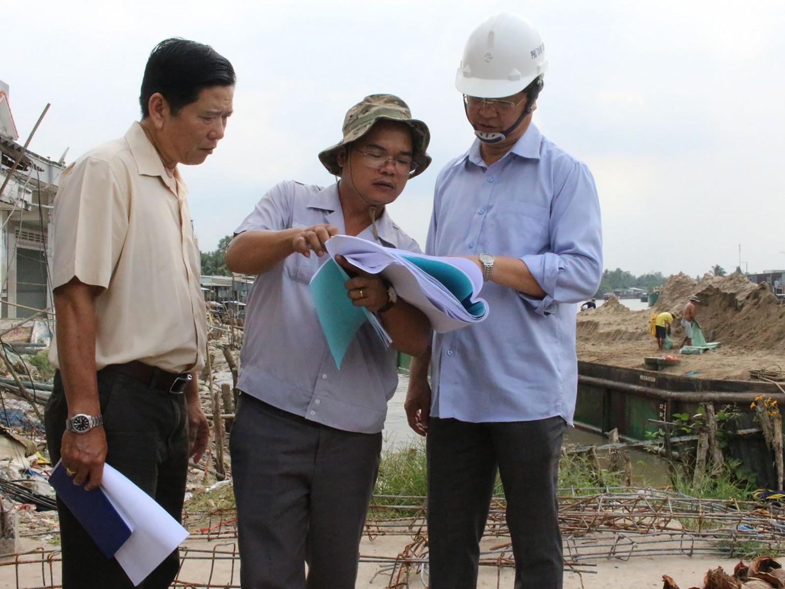 Phó Chủ tịch UBND TP Cần Thơ Trương Quang Hoài Nam (bên phải) kiểm tra công trình xây dựng kè chống sạt lở khu vực Thới An. Ảnh: H.VĂN