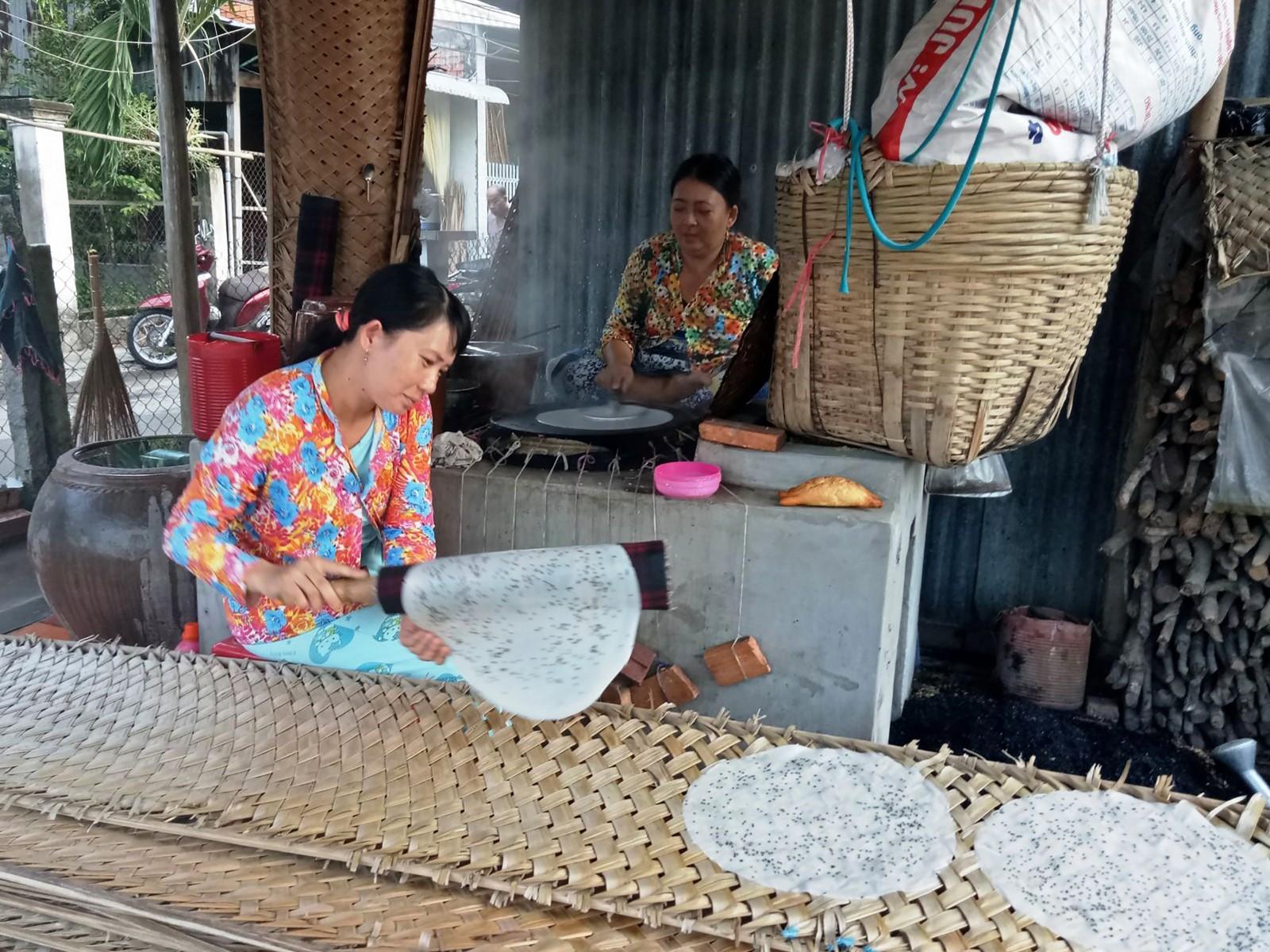 Các lò bánh tráng ở Thuận Hưng luôn hoạt động quanh năm. Ảnh: ÁI LAM