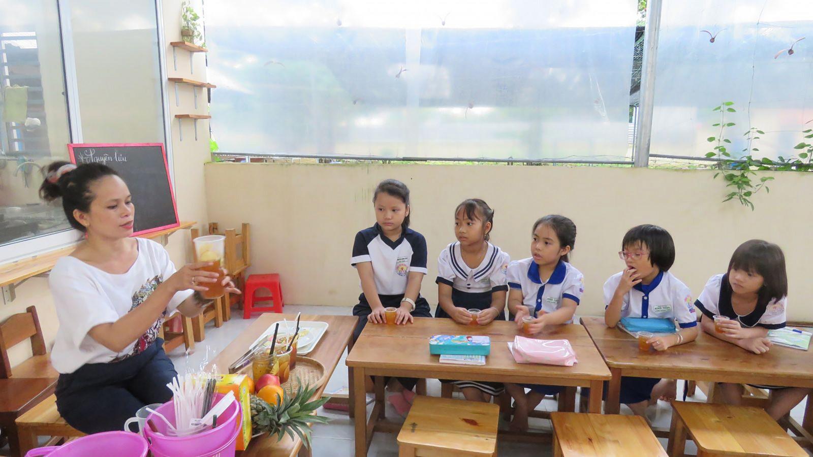 Cô trò Trường Tiểu học Bình Thủy trong giờ hoạt động ngoại khóa. Đây là một trong số trường được chọn thực hiện Trường Điển hình đổi mới. Ảnh: NG.NGÂN
