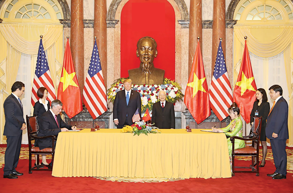 Tổng Bí thư, Chủ tịch nước Nguyễn Phú Trọng và Tổng thống Mỹ Donald Trump chứng kiến Lễ ký kết các văn kiện hợp tác giữa hai nước. Ảnh: TTXVN