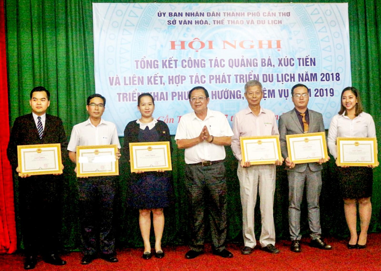 Ông Trần Việt Phường, Giám đốc Sở VHTT & DL Cần Thơ trao giấy khen cho đại diện 6  tập thể có nhiều đóng góp cho du lịch Cần Thơ năm 2018. Ảnh: ÁI LAM