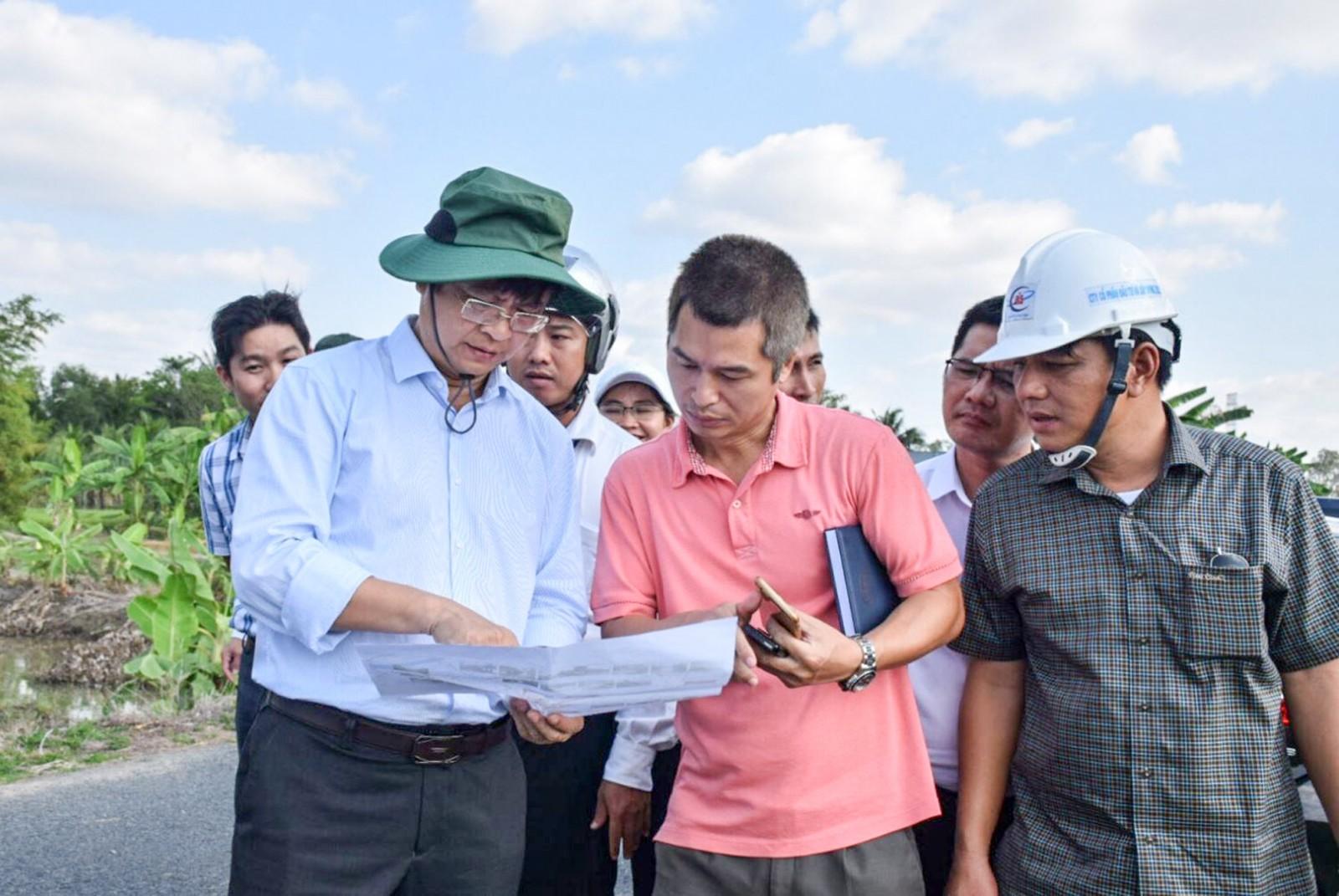 Lãnh đạo thành phố kiểm tra tình hình triển khai thực hiện công trình đường tỉnh 922. Ảnh: T. TRINH