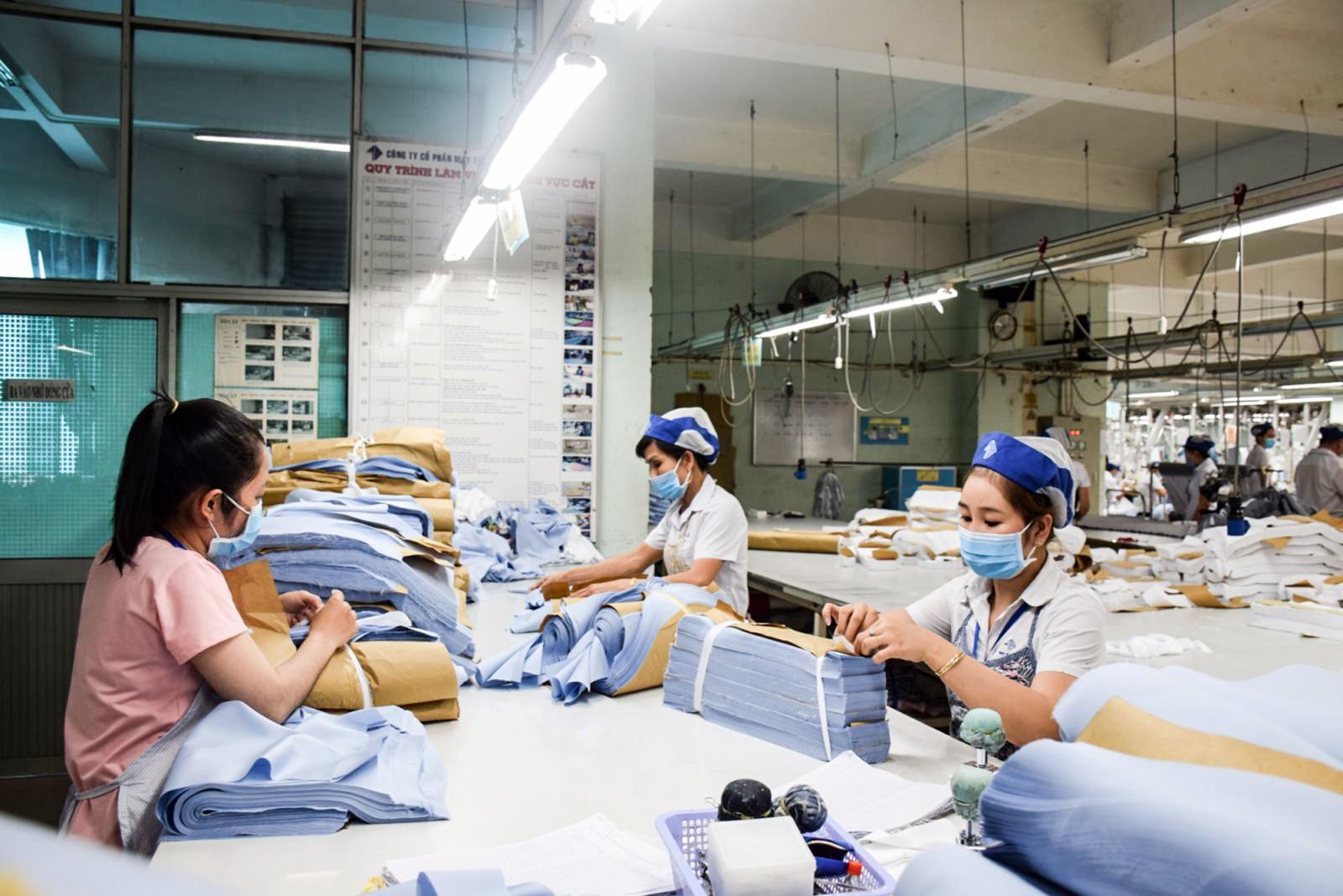 Hoạt động sản xuất tại Công ty Cổ phần May Tây Đô. Ảnh: T. TRINH