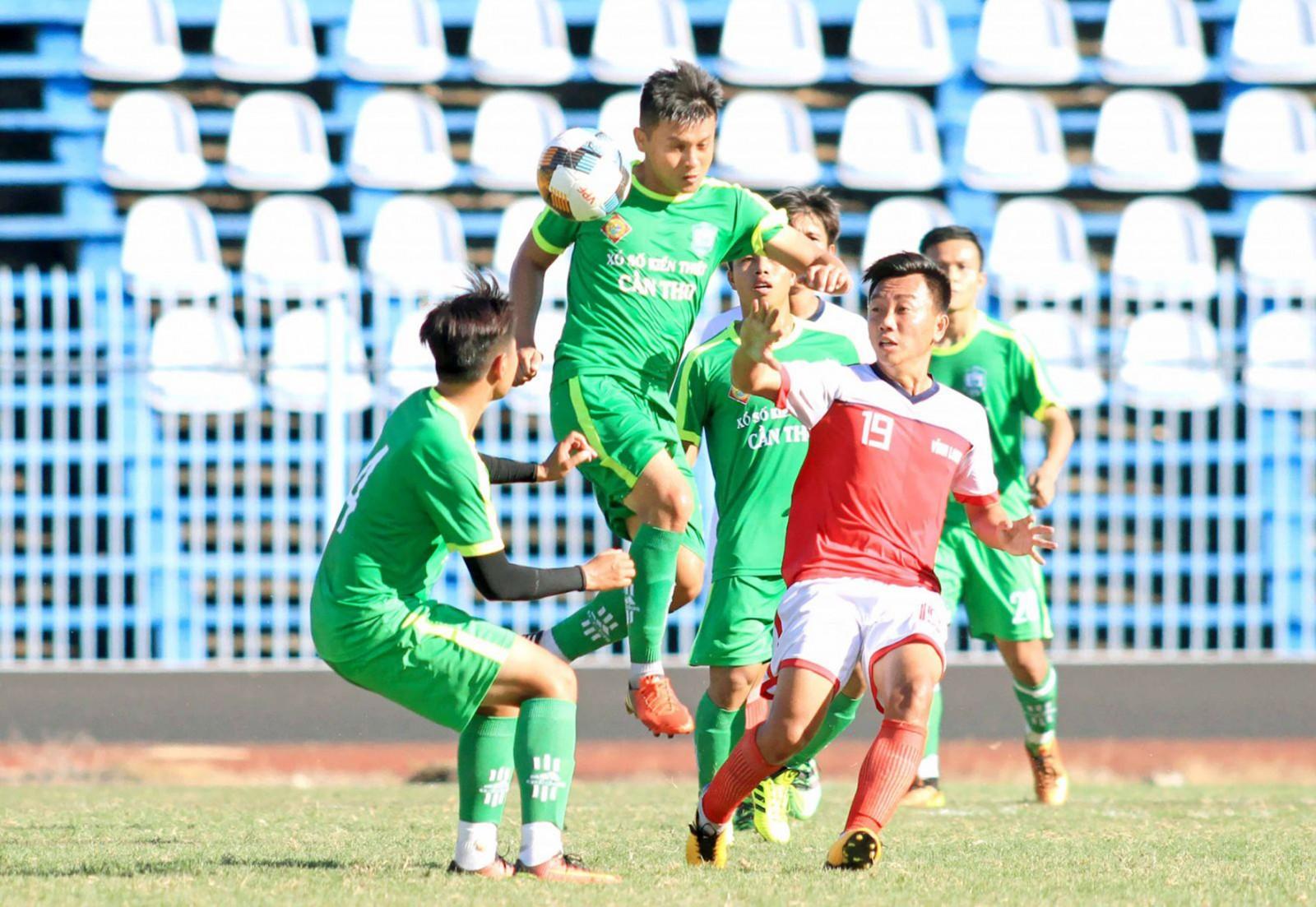 Buổi đá tập huấn của các cầu thủ Cần Thơ (trái) với Vĩnh Long chuẩn bị cho mùa giải hạng Nhất 2019. Ảnh: DƯƠNG THU