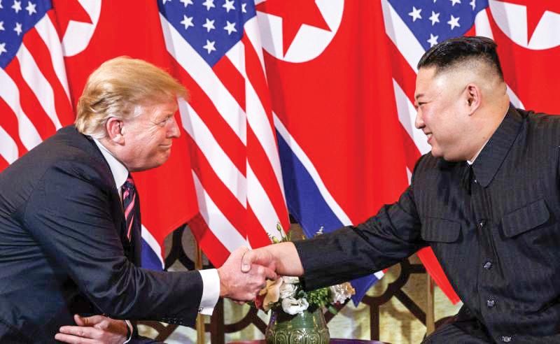 Tổng thống Trump (trái) và nhà lãnh đạo Kim tại Hà Nội hôm 27-2. Ảnh: AP
