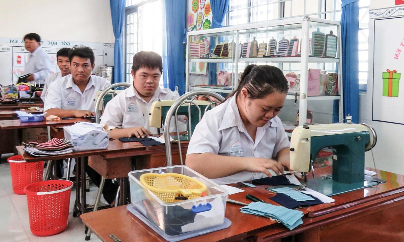 Giờ học thực hành cắt may của học sinh Trường Tương Lai. Ảnh: BÍCH KIÊN