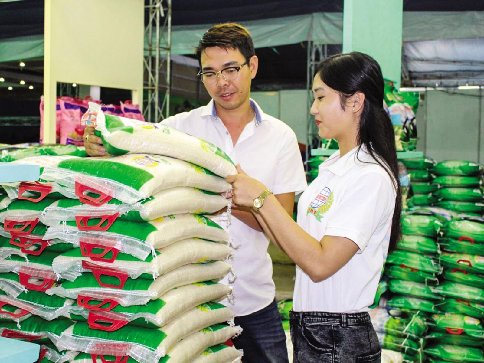 Phân khúc gạo thị trường gạo nội địa đang thiếu vắng bóng dáng doanh nghiệp trực tiếp xuất khẩu tham gia (Trong ảnh là sản phẩm gạo của một doanh nghiệp trưng bày tại một hội chợ). Ảnh: T.C