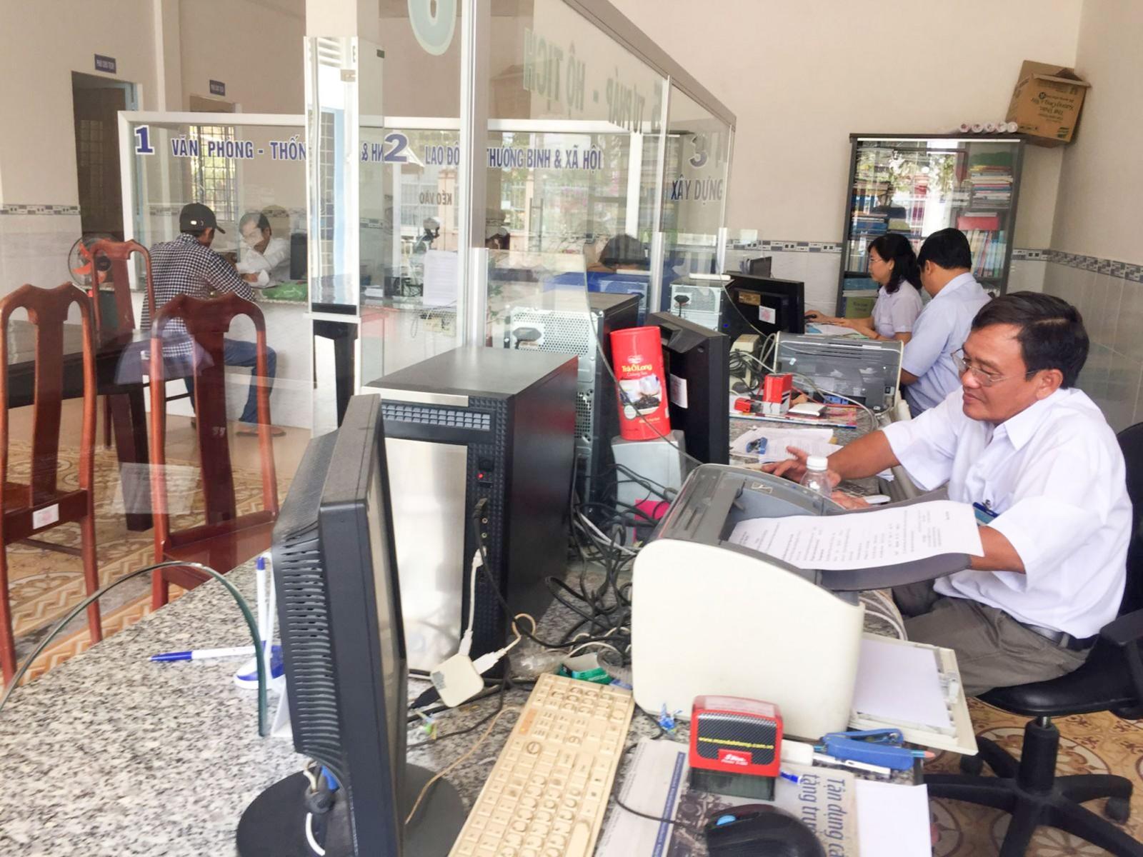 Người dân thực hiện thủ tục hành chính tại Bộ phận TN&TKQ của UBND xã Giai Xuân. Ảnh: CHẤN HƯNG