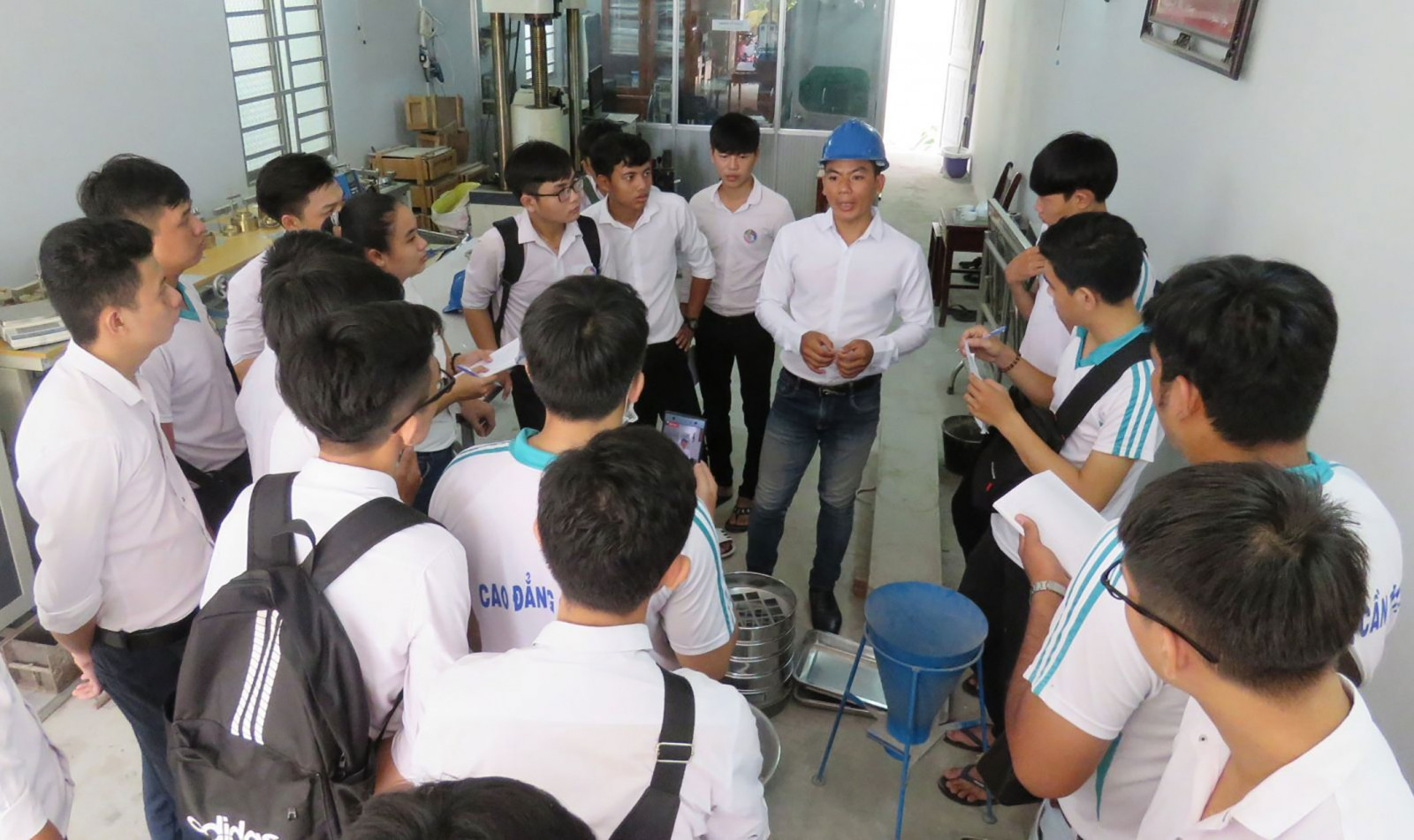 Sinh viên Trường Cao đẳng Cần Thơ thực hành tại doanh nghiệp. Ảnh: B.NG