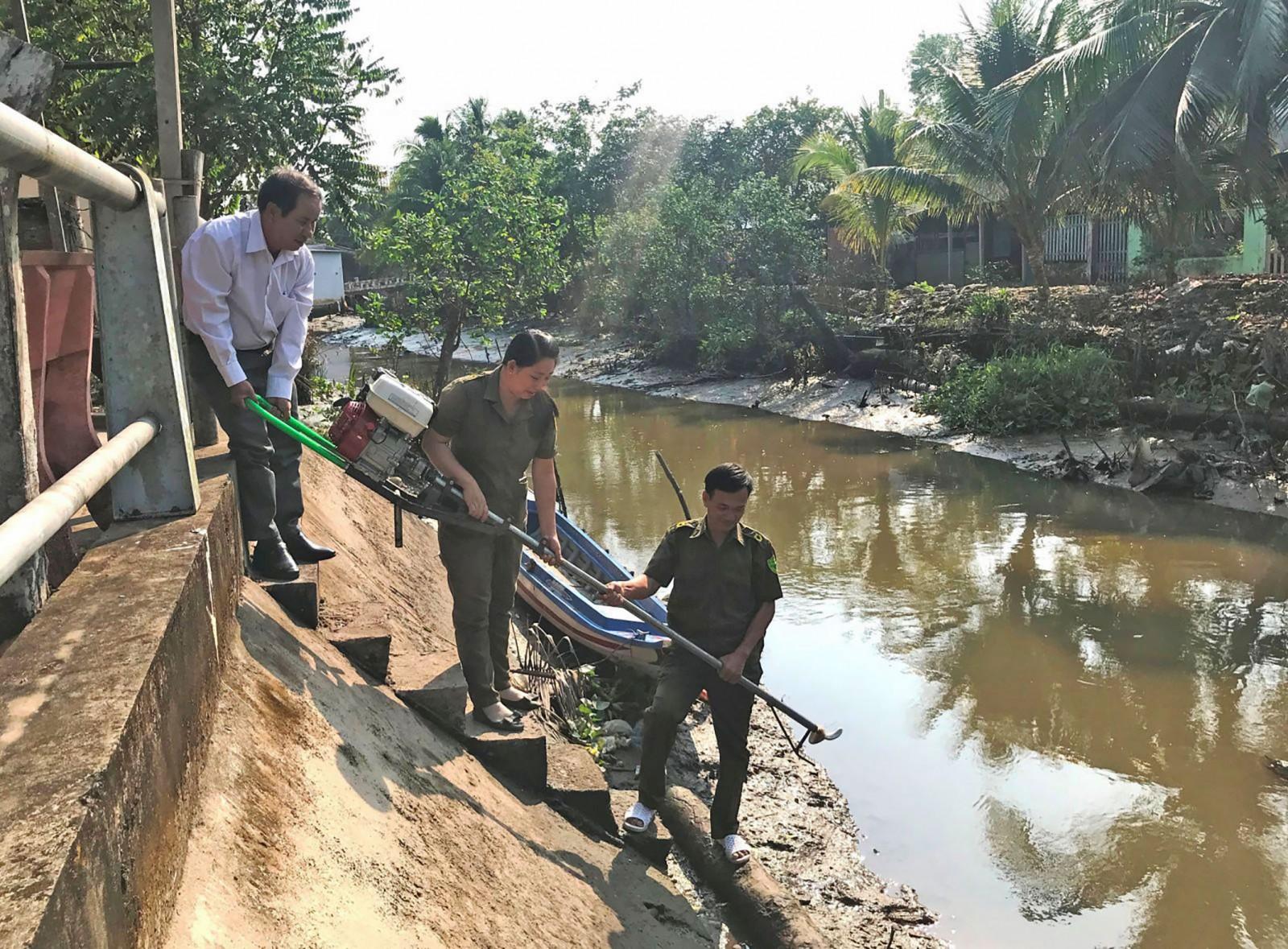 HND xã Giai Xuân vận động kinh phí trang bị máy, vỏ lãi, giúp công tác tuần tra trên sông của lực lượng công an xã thuận lợi hơn, giữ vững ANTT địa bàn. Ảnh: KIỀU CHINH