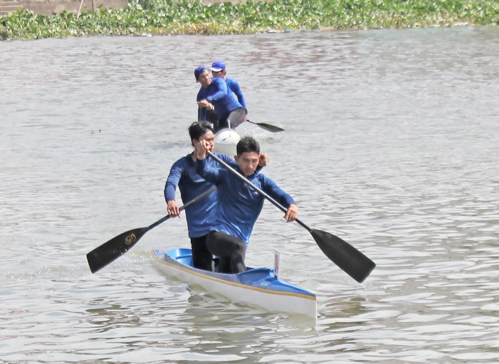 Hai VĐV Lê Hoàng Quốc và Bùi Thanh Phẩm (phía trước) của Canoeing Cần Thơ. Ảnh: AN CHI
