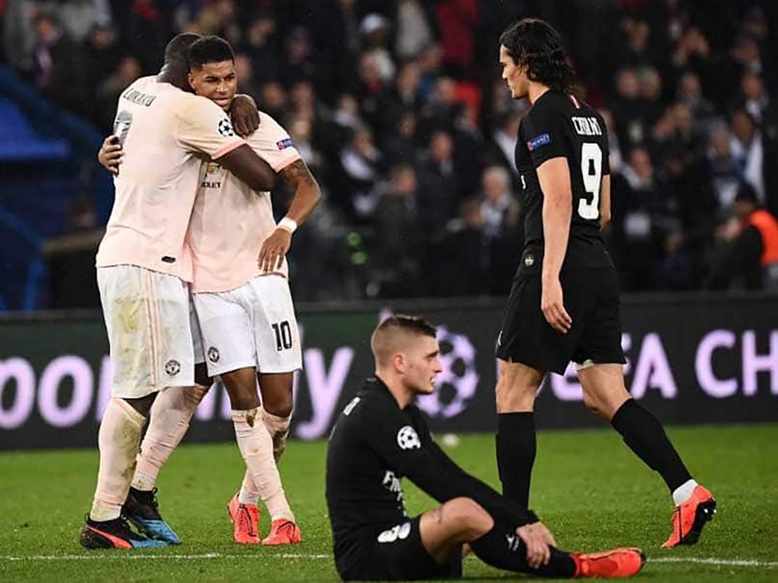 Các cầu thủ PSG (phải) đổ sụp sau khi Marcus Rashford (số 10) ấn định tỷ số 3-1 ở trận lượt về. Ảnh: ESPN