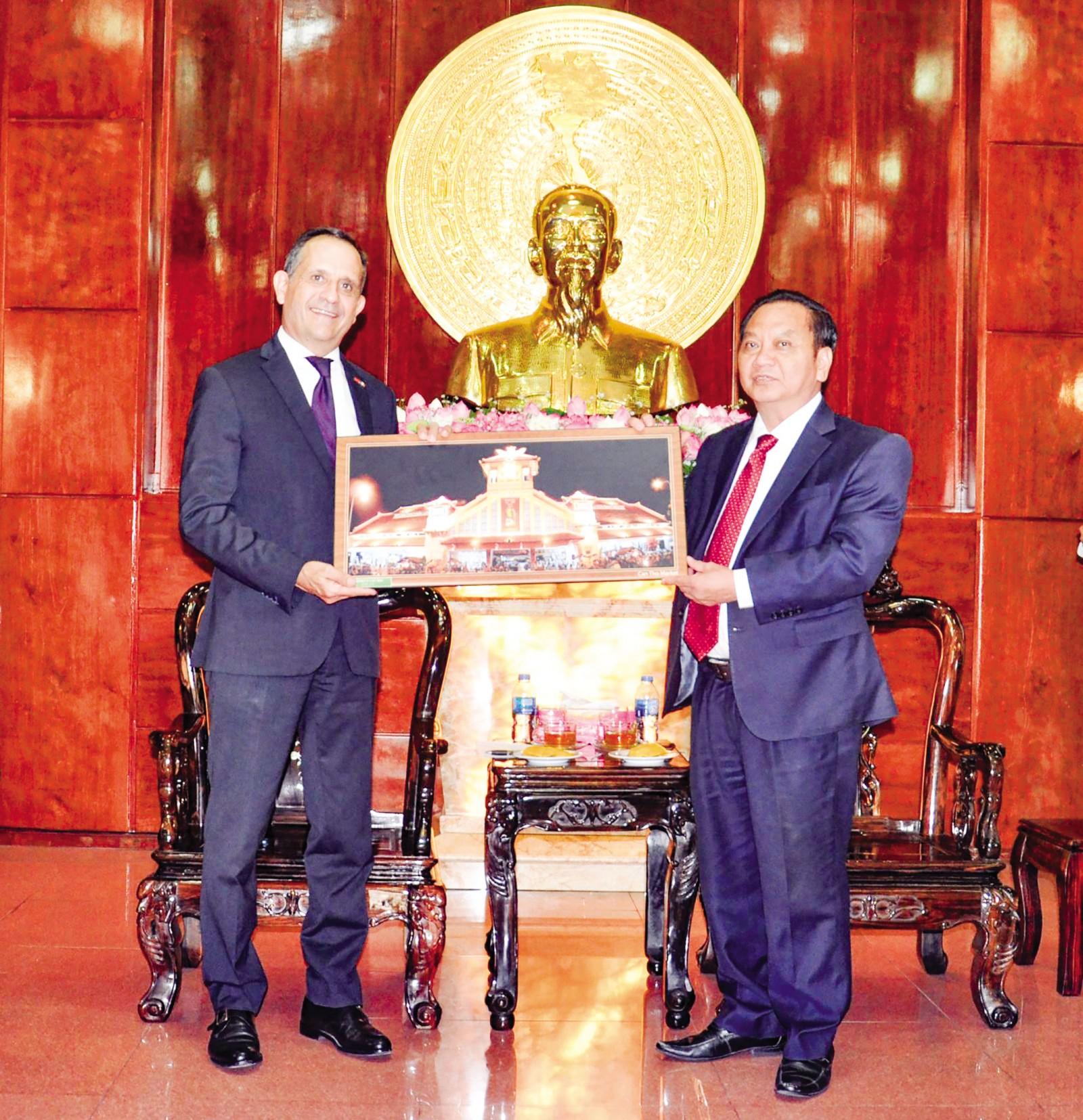 Đồng chí Trần Quốc Trung, Bí thư Thành ủy tặng quà ông Vincent Floreani, Tổng lãnh sự Cộng hòa Pháp tại TP Hồ Chí Minh. Ảnh: ANH DŨNG