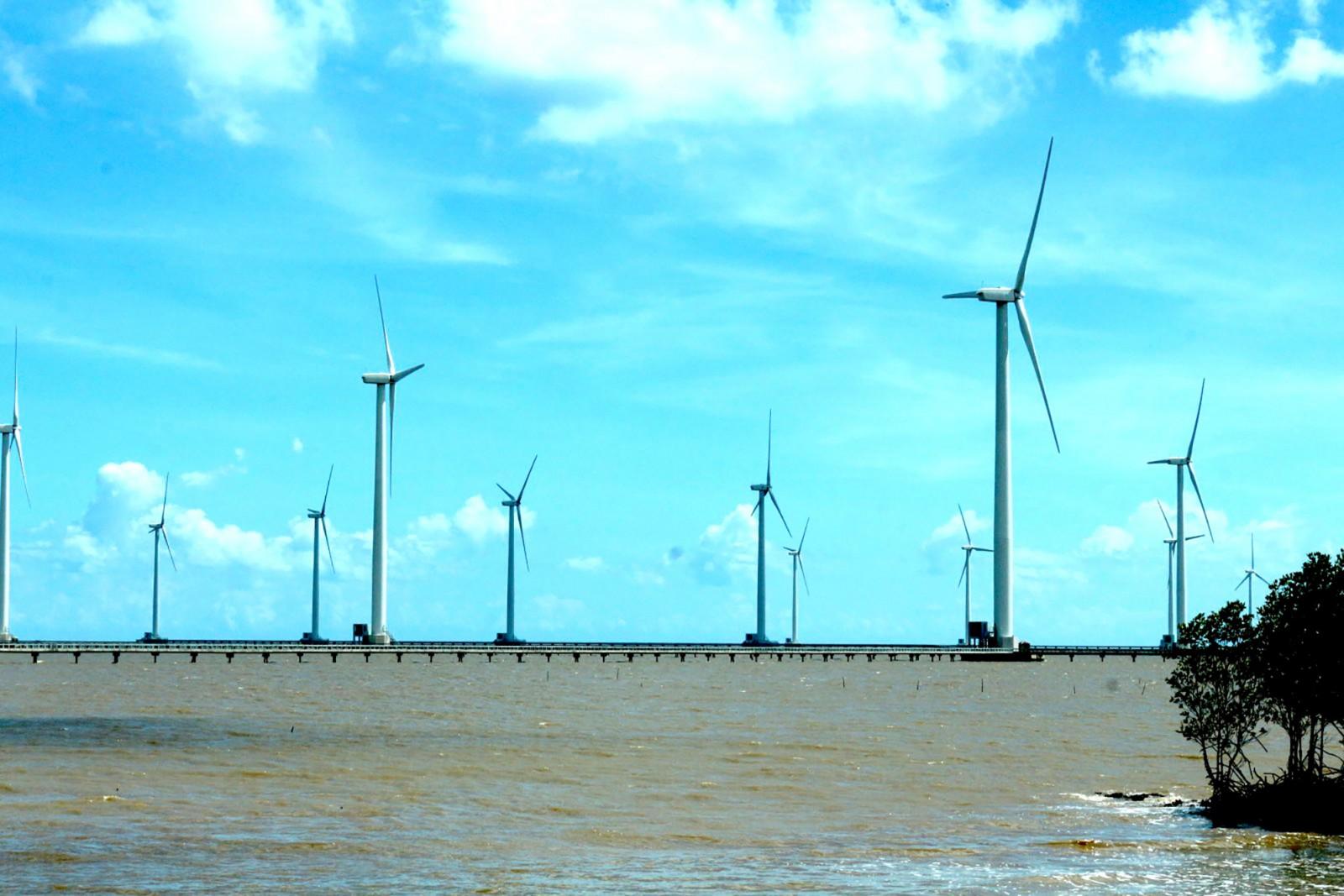 Điện gió là sản phẩm du lịch mà Bạc Liêu đang tích cực khai thác. Ảnh: ÁI LAM