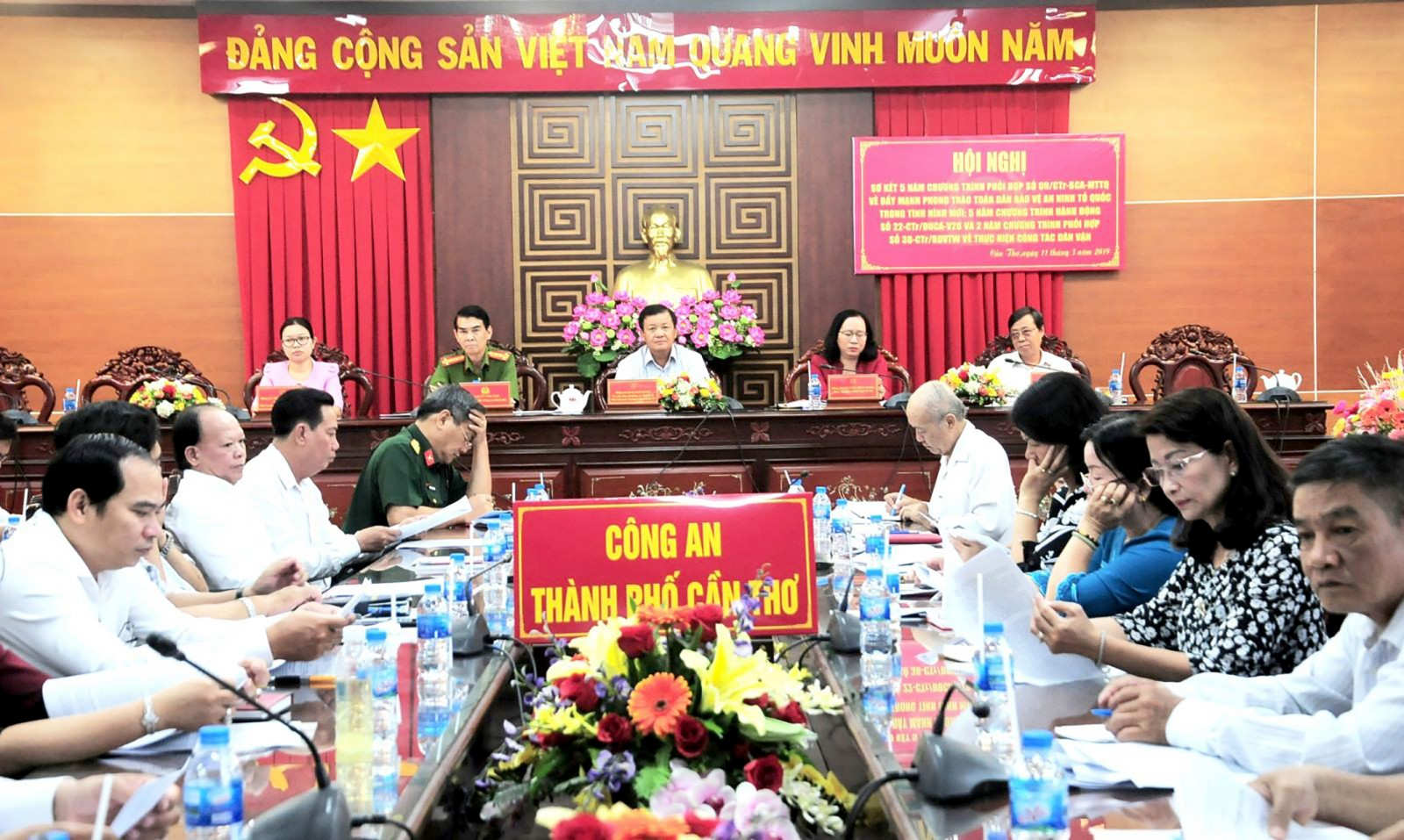 Phó Chủ tịch Thường trực UBND TP Cần Thơ Đào Anh Dũng cùng các đại biểu tham dự Hội nghị. Ảnh: KIỀU CHINH