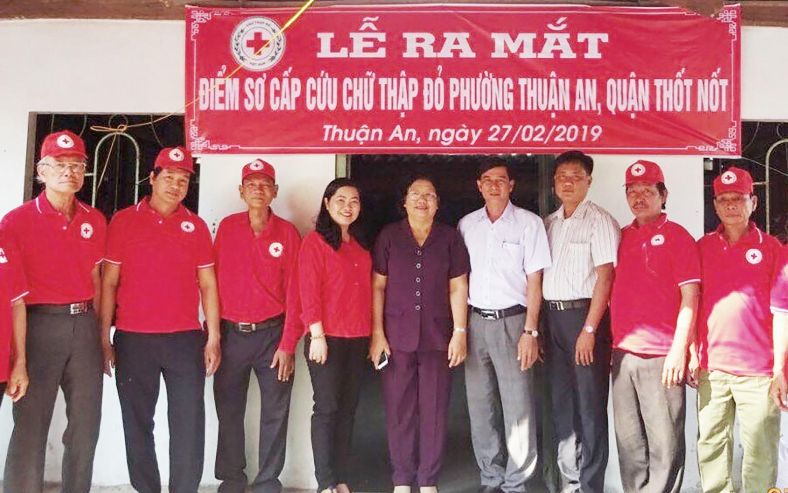 Bà Huỳnh Thanh Thảo, Chủ tịch Hội CTĐ TP Cần Thơ chụp ảnh lưu niệm với Đội sơ cấp cứu CTĐ phường Thuận An, quận Thốt Nốt trong ngày ra mắt.