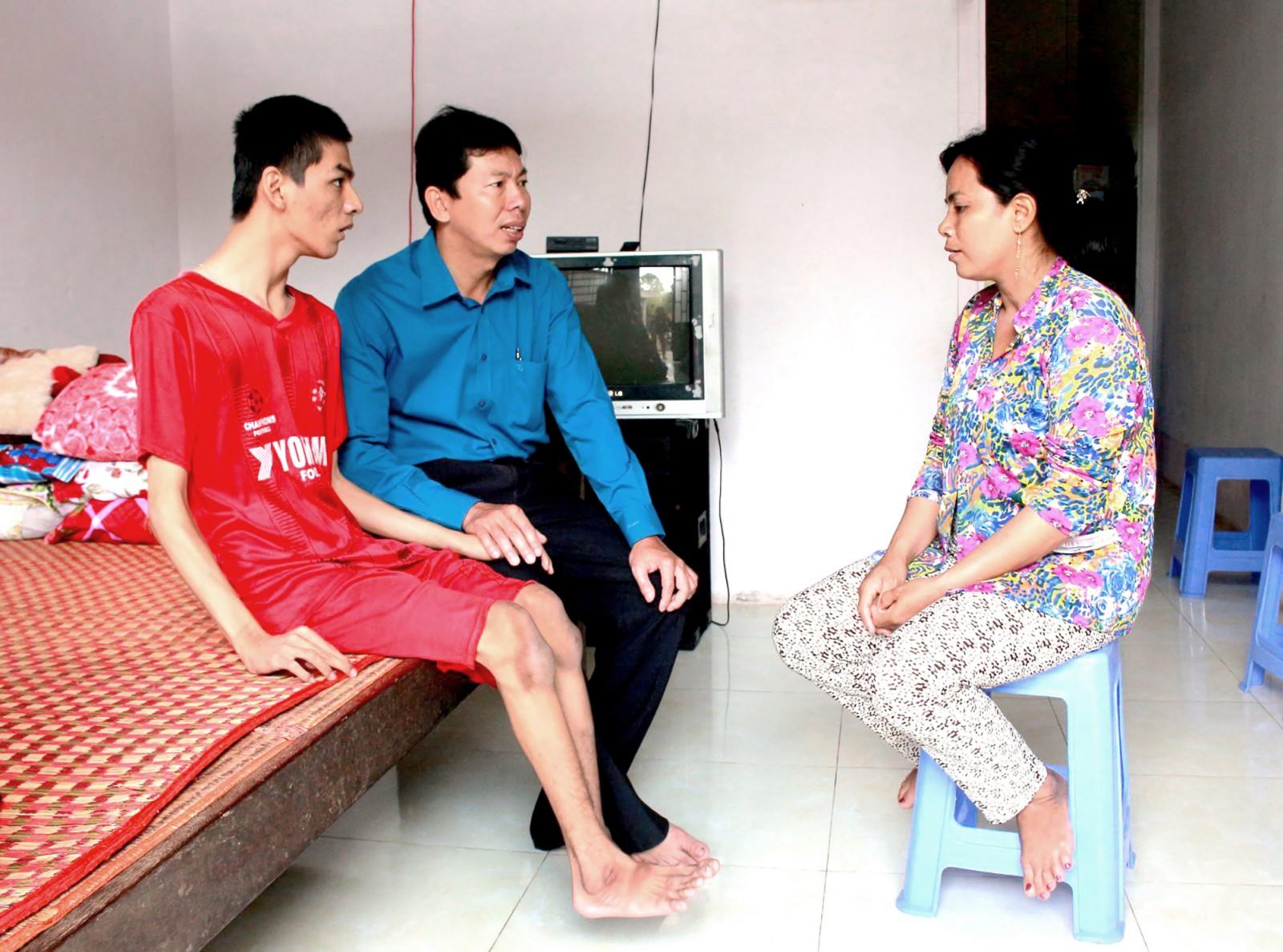 Cán bộ Mặt trận phường Long Tuyền thăm gia đình bà Trần Bích Tuyền (khu vực Bình Dương B) được địa phương hỗ trợ về nhiều mặt, xét tặng nhà Đại đoàn kết, nay đã thoát nghèo. Ảnh: TÂM KHOA
