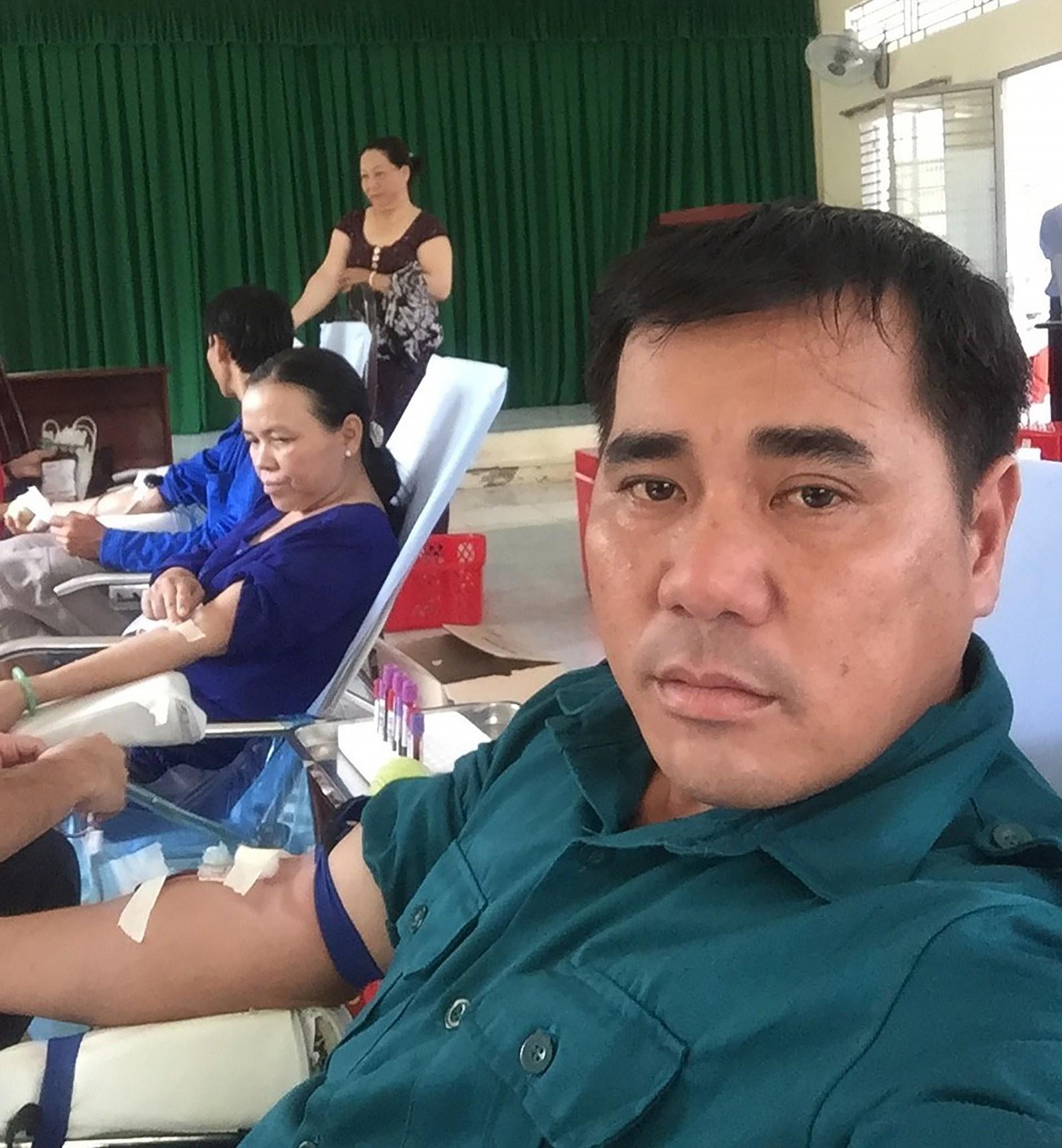 Anh Trần Sỹ Phong đang hiến máu. Ảnh nhân vật cung cấp
