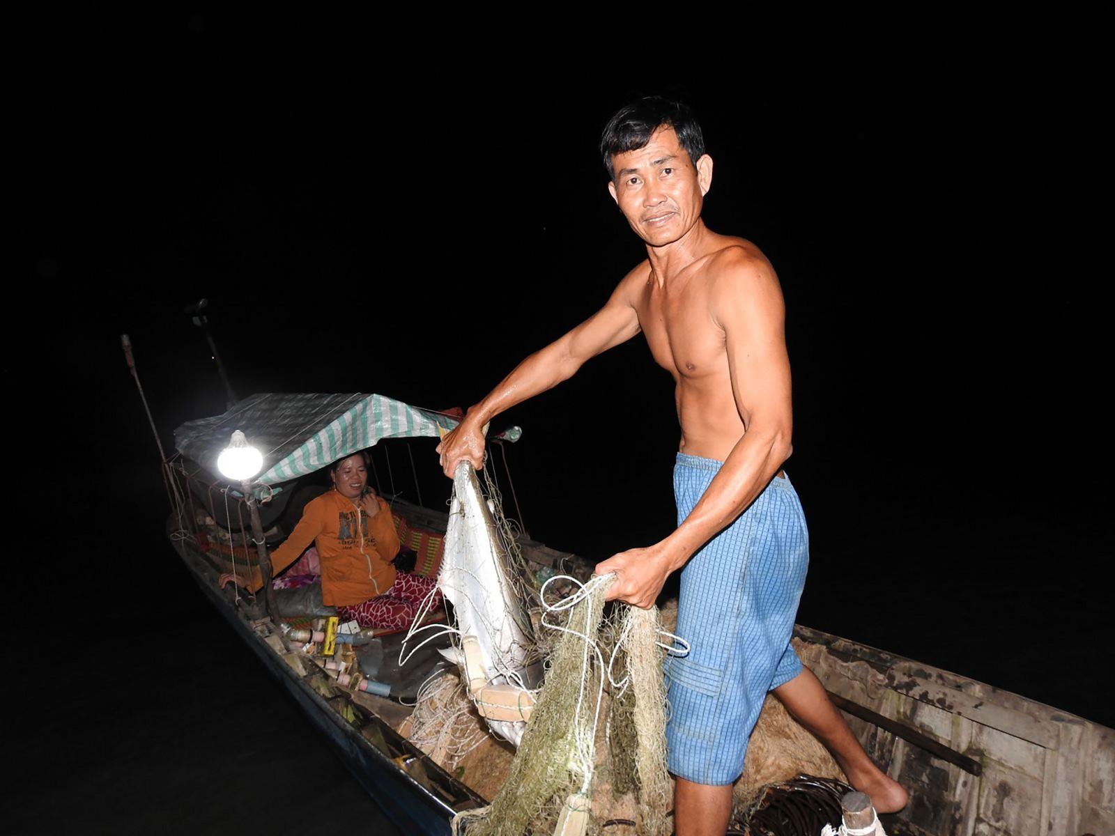 Ông Hên rất vui vì mẻ cá đầu hôm đã dính cá khủng. Ảnh: BÌNH NGUYÊN