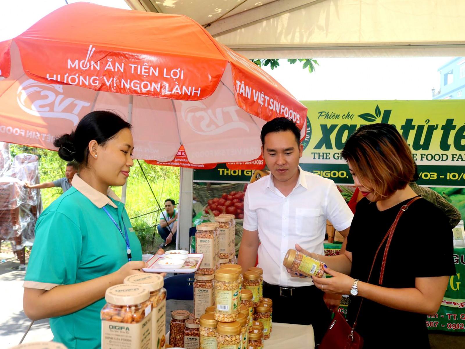 Người tiêu dùng tham quan và mua sắm tại Hội chợ HVNCLC 2019 tổ chức tại tỉnh An Giang. Ảnh: M.HOA