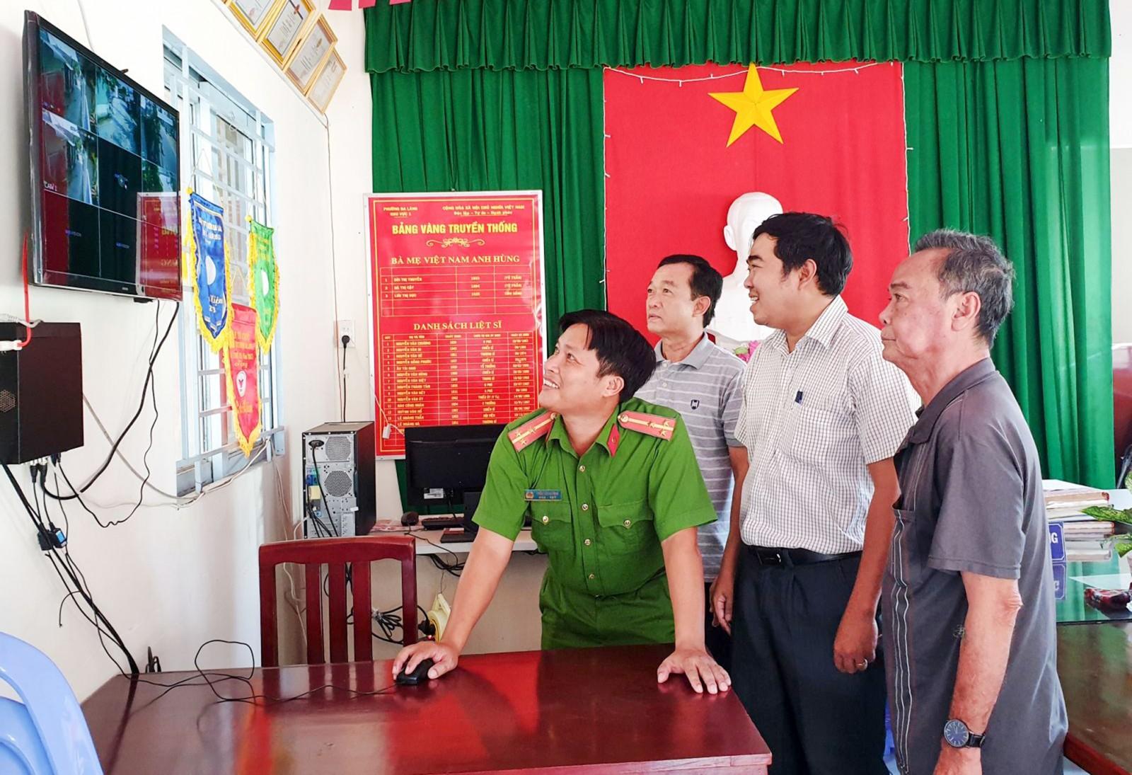 Cán bộ phường Ba Láng và cán bộ khu vực 1, phường Ba Láng, quận Cái Răng xem trích xuất camera an ninh. Ảnh: HỒNG VÂN