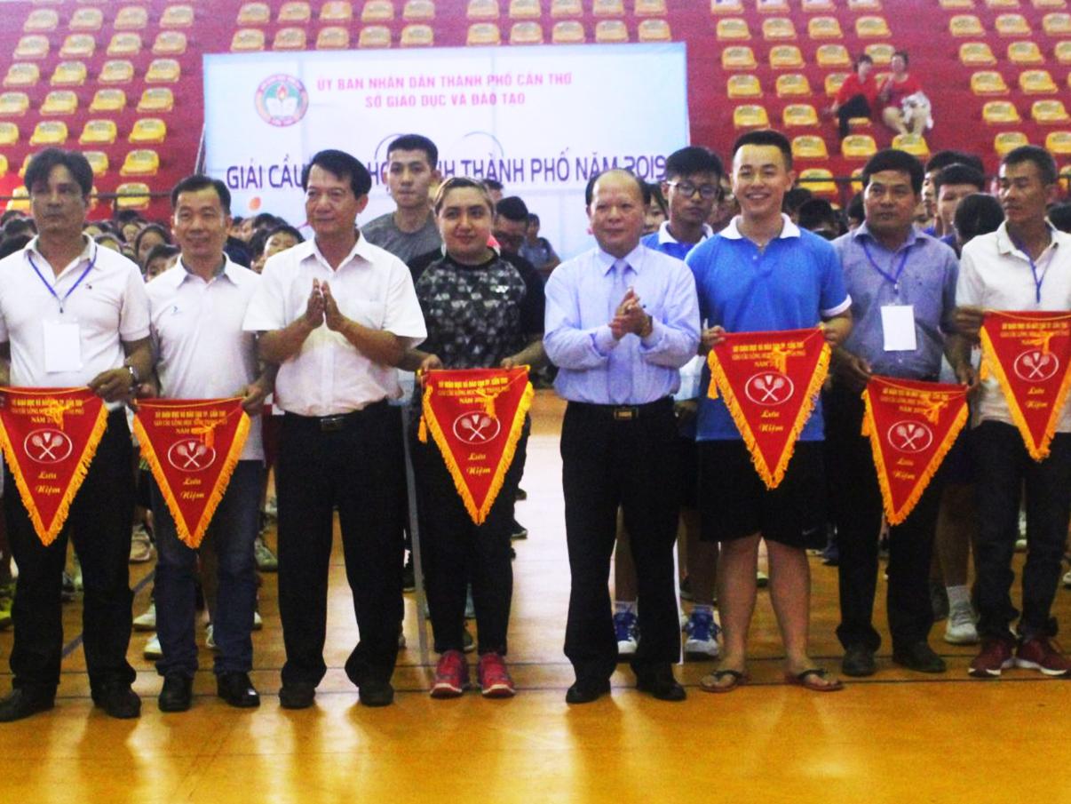 Đại diện Ban Tổ chức trao cờ lưu niệm cho các đoàn VĐV. Ảnh: AN CHI