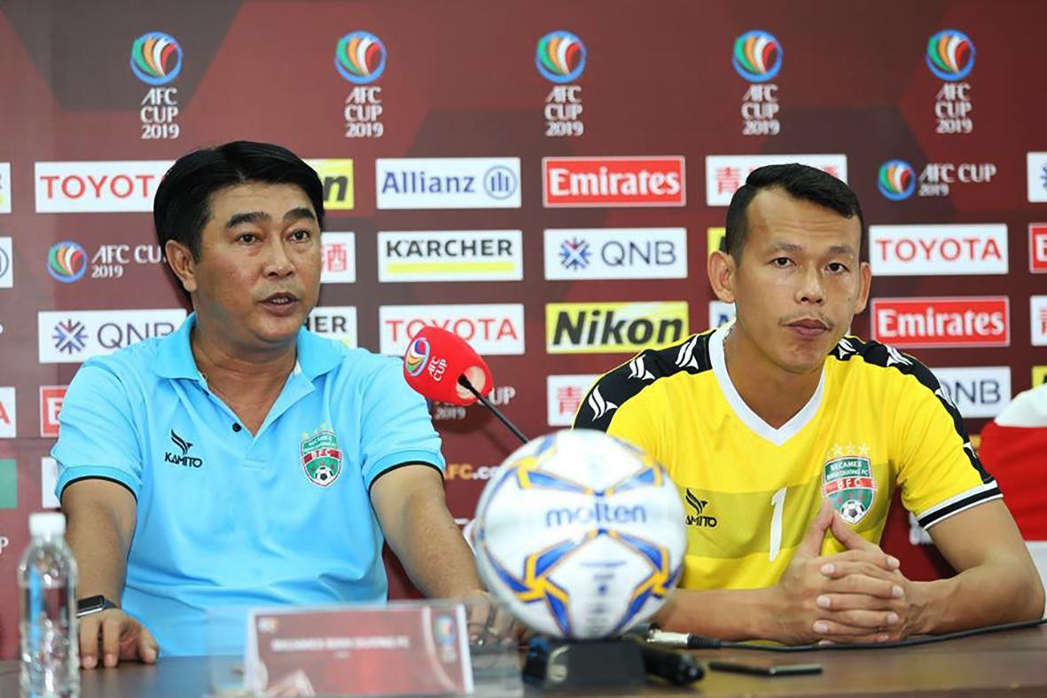 HLV Trần Minh Chiến và thủ môn Tấn Trường trong cuộc họp báo trước trận thua đại diện Philippines ở sân chơi AFC Cup. Ảnh: ANH HUY