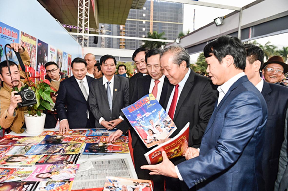 Phó Thủ tướng Chính phủ Trương Hòa Bình thăm các khu trưng bày của các đơn vị tham gia Hội báo toàn quốc 2019 trước Lễ bế mạc. Ảnh: VGP/Nhật Bắc