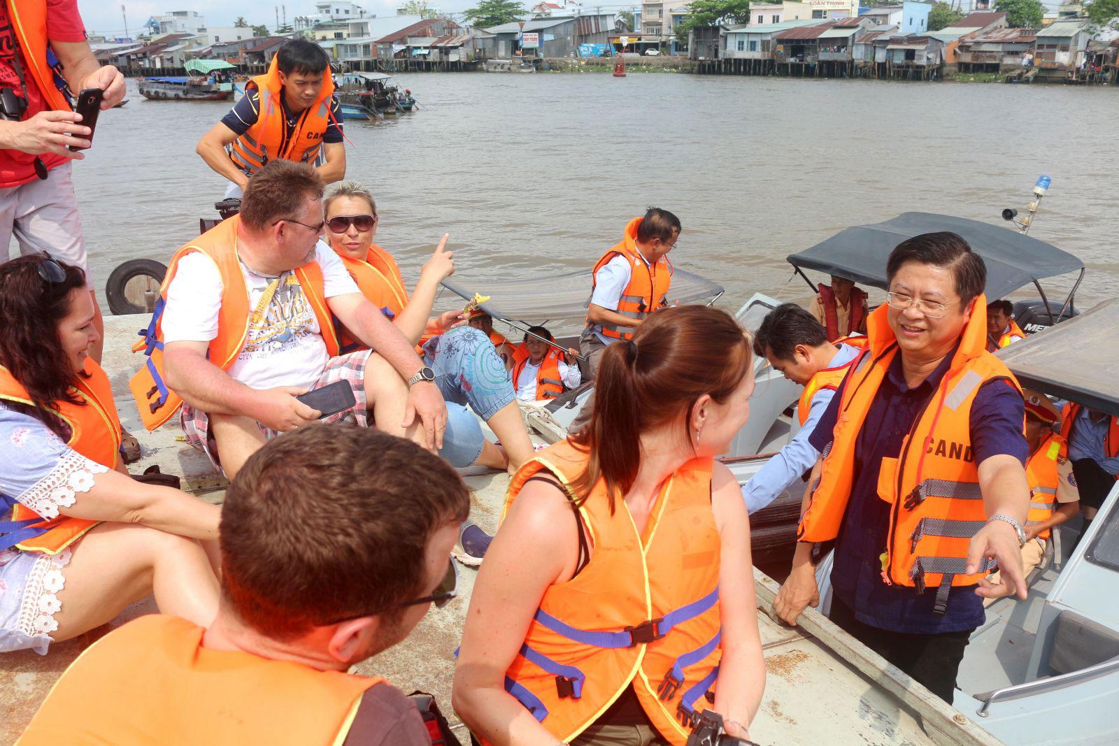 Ông Trương Quang Hoài Nam (bìa phải), Phó Chủ tịch UBND TP Cần Thơ, khảo sát tại chợ nổi Cái Răng. Ảnh: KIỀU MAI