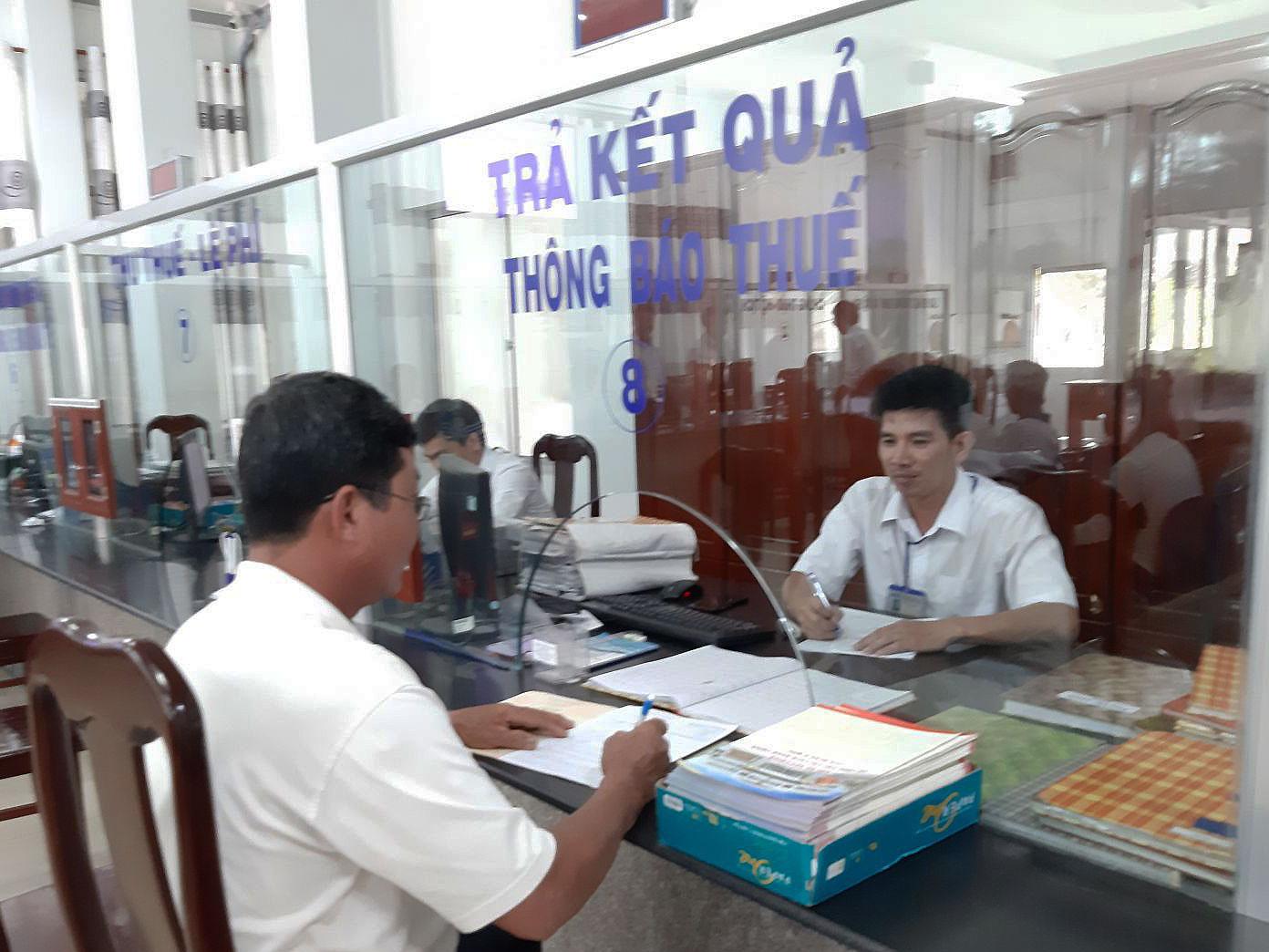 Người dân thực hiện TTHC tại Bộ phận một cửa UBND quận Ô Môn.