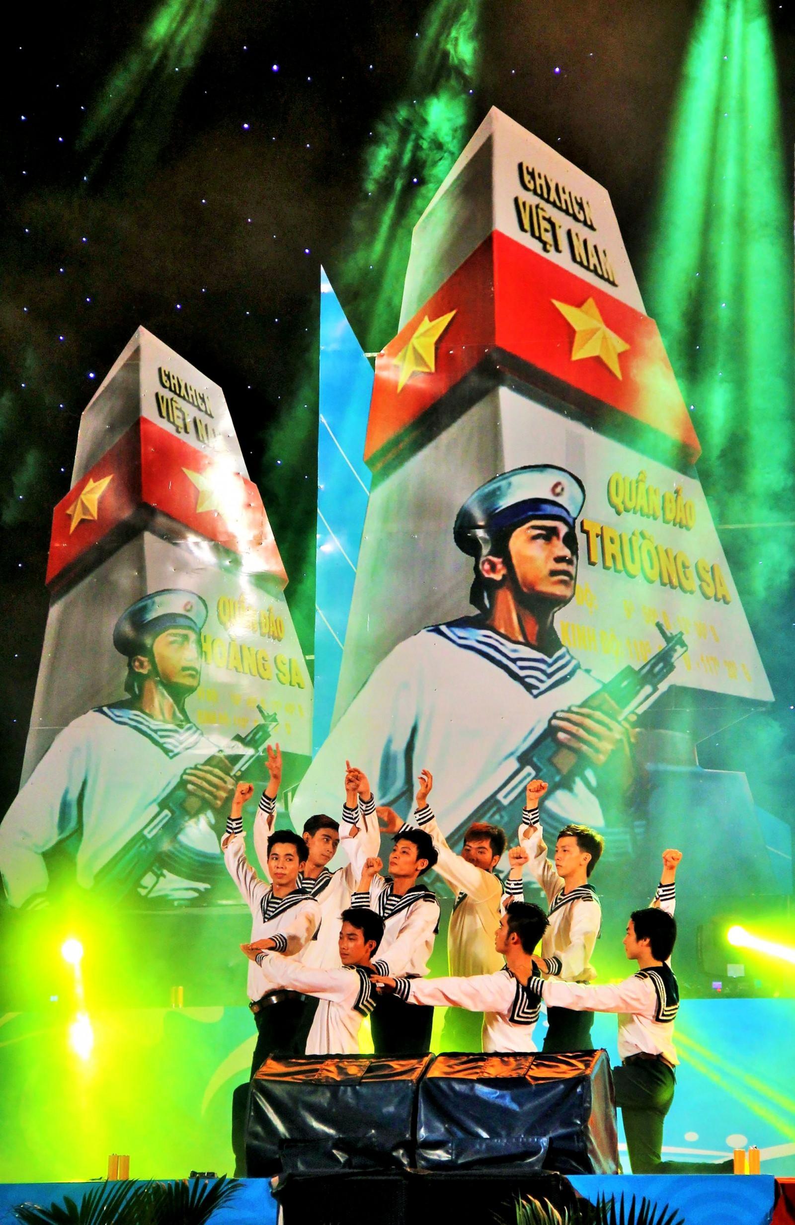 Nghệ sĩ Cần Thơ trong một tiết mục nghệ thuật về biển đảo Việt Nam. Ảnh: ĐĂNG HUỲNH