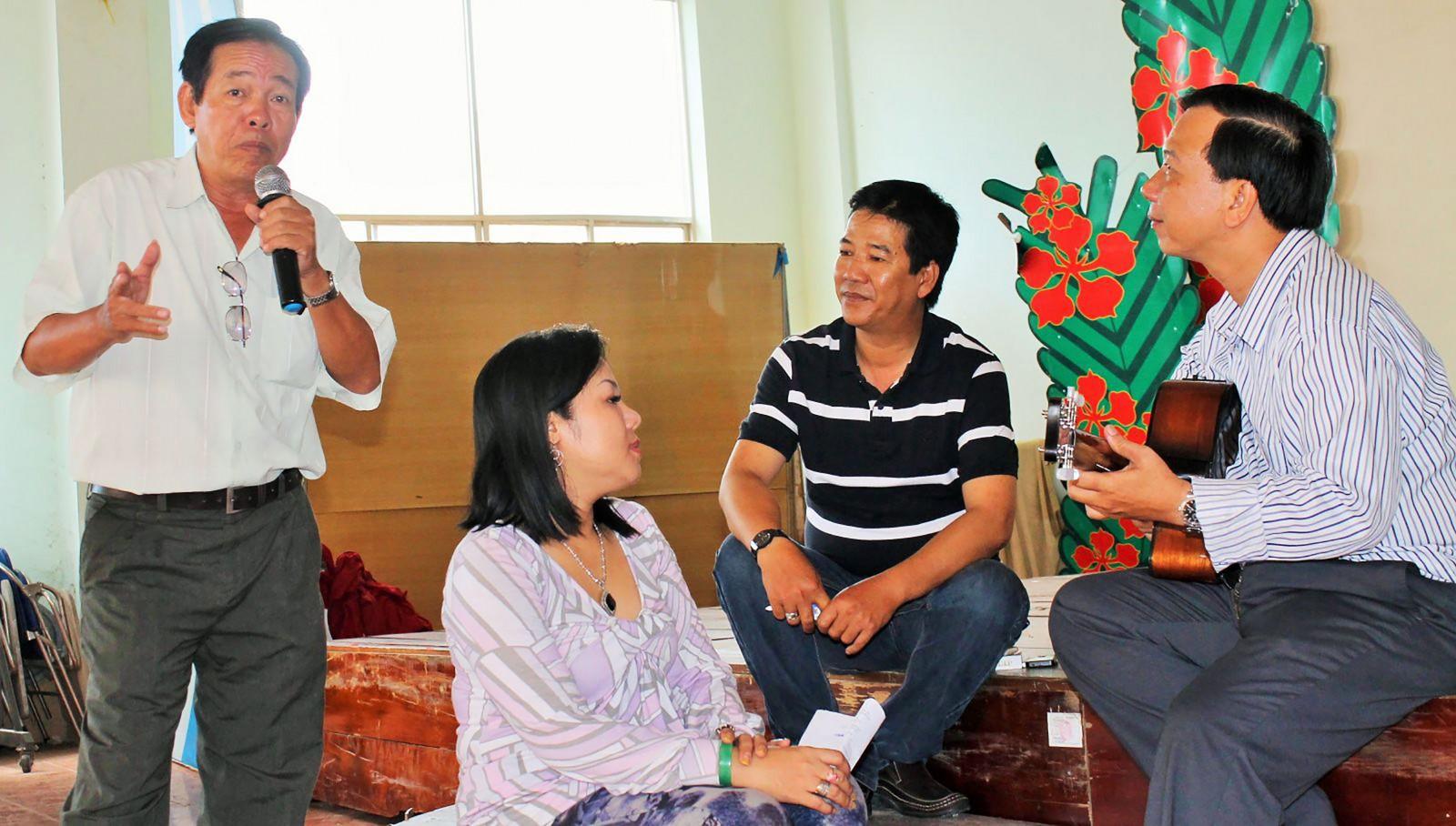 NNƯT Đào Xinh (đứng) và NNƯT Thanh Tùng (thứ 2, từ phải qua) trong một buổi sinh hoạt đờn ca tài tử. Ảnh: DUY KHÔI