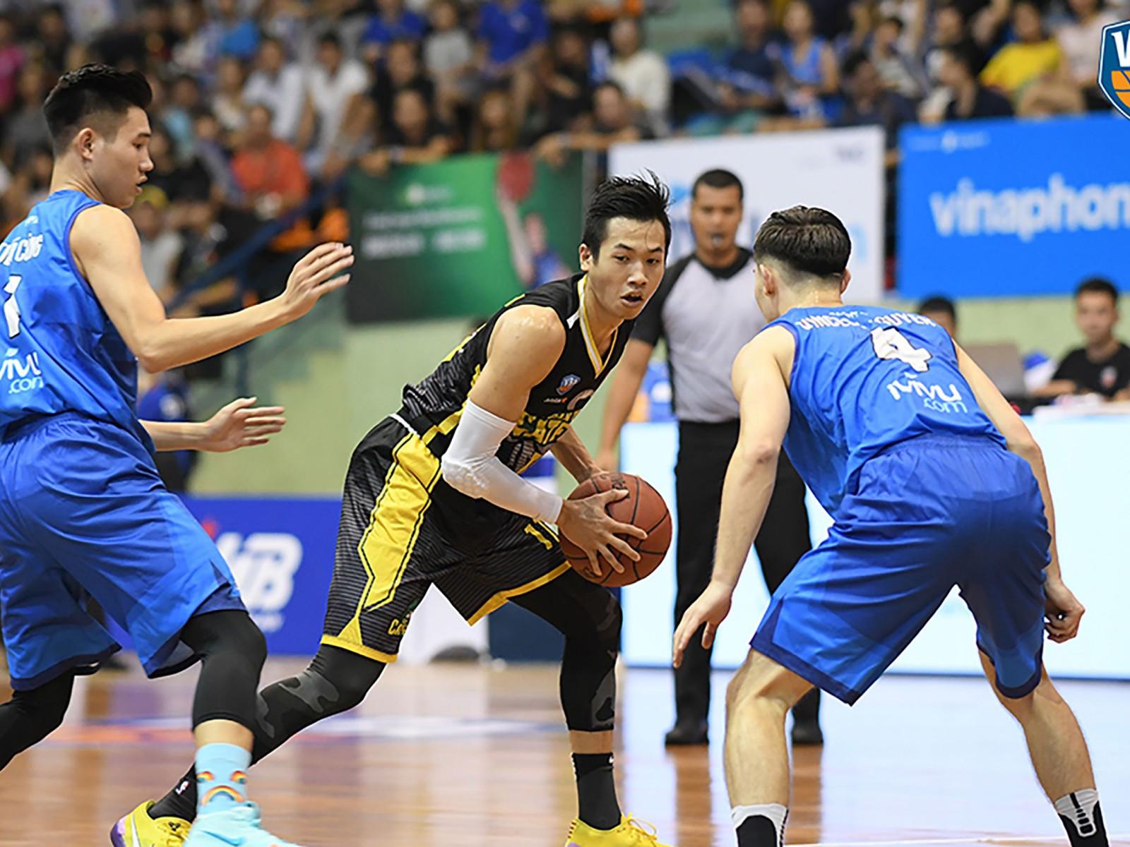 Đinh Thanh Sang (đang giữ bóng) cầu thủ được bảo vệ của đương kim vô địch Cantho Catfish. Ảnh: VBA.VN