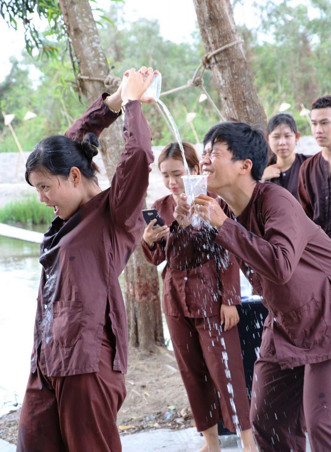 Một nhóm bạn trẻ tham gia trò chơi dân gian…