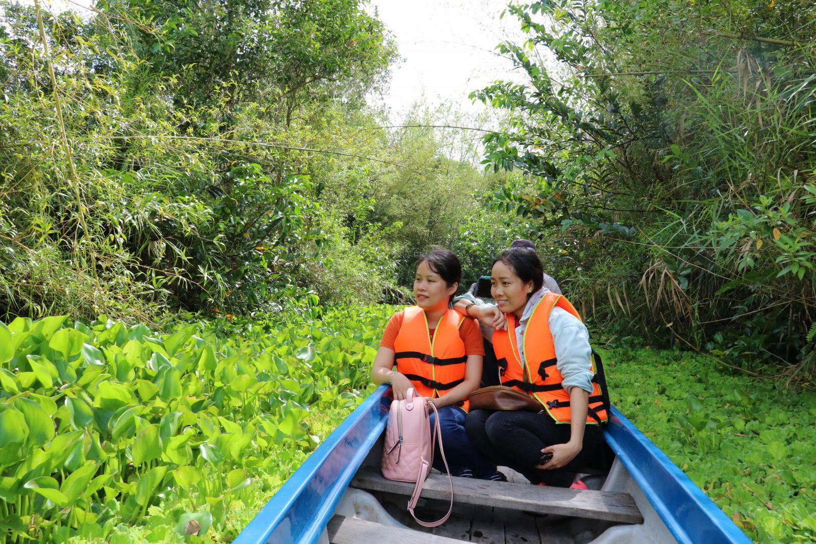 Du khách thích thú khi được đi vỏ lãi len lõi giữa rừng để ngắm nhìn rừng tràm, thảm thực vật dưới nước, như: bèo tai tượng, lục bình…