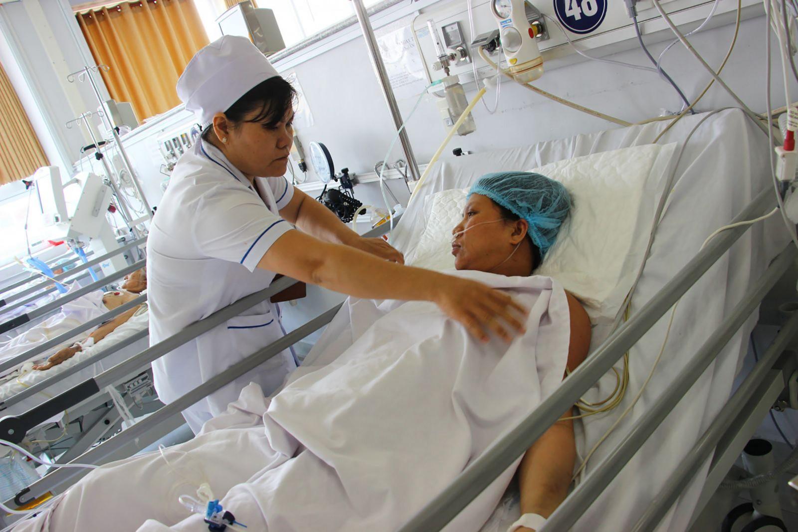 Cán bộ y tế Khoa Hồi sức tích cực chống độc chăm sóc bệnh nhân sau phẫu thuật. Ảnh: THU SƯƠNG