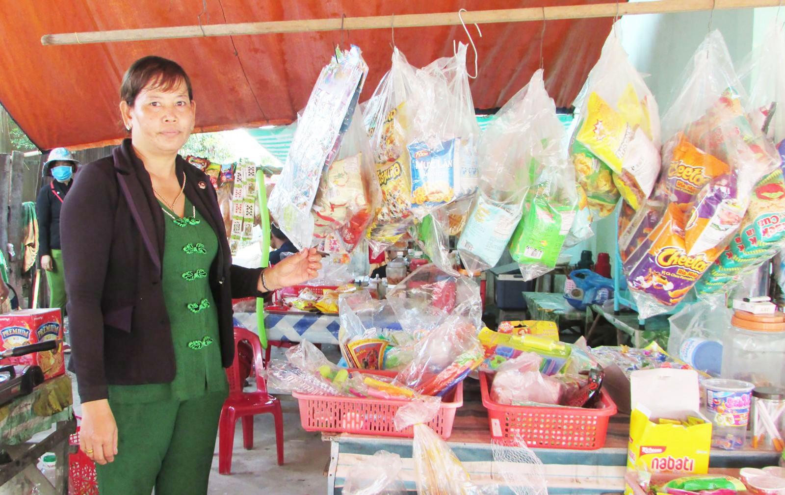 Chị Mai Thị Hoài Thu bên gian hàng tạp hóa của gia đình. Ảnh: MINH HẢI