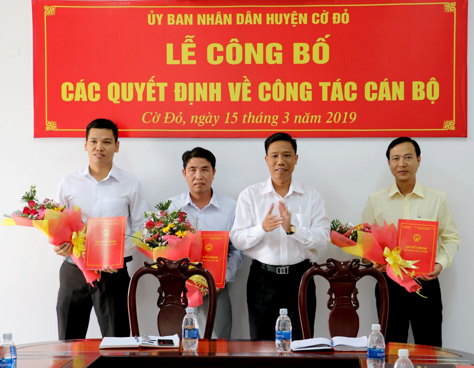 Đồng chí Nguyễn Thực Hiện, Bí thư Huyện ủy, Chủ tịch UBND huyện Cờ Đỏ trao các quyết định về công tác cán bộ. Ảnh: QUỐC THÁI