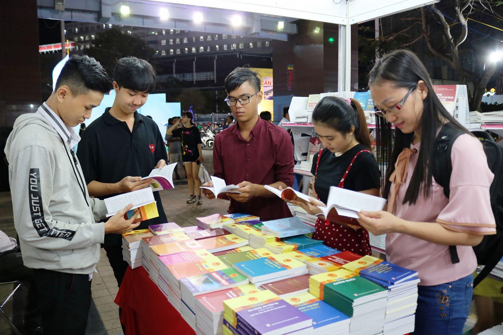 Độc giả chọn mua sách tại gian hàng của Chi nhánh NXB Chính trị quốc gia Sự thật tại Cần Thơ. Ảnh: CÁT ĐẰNG