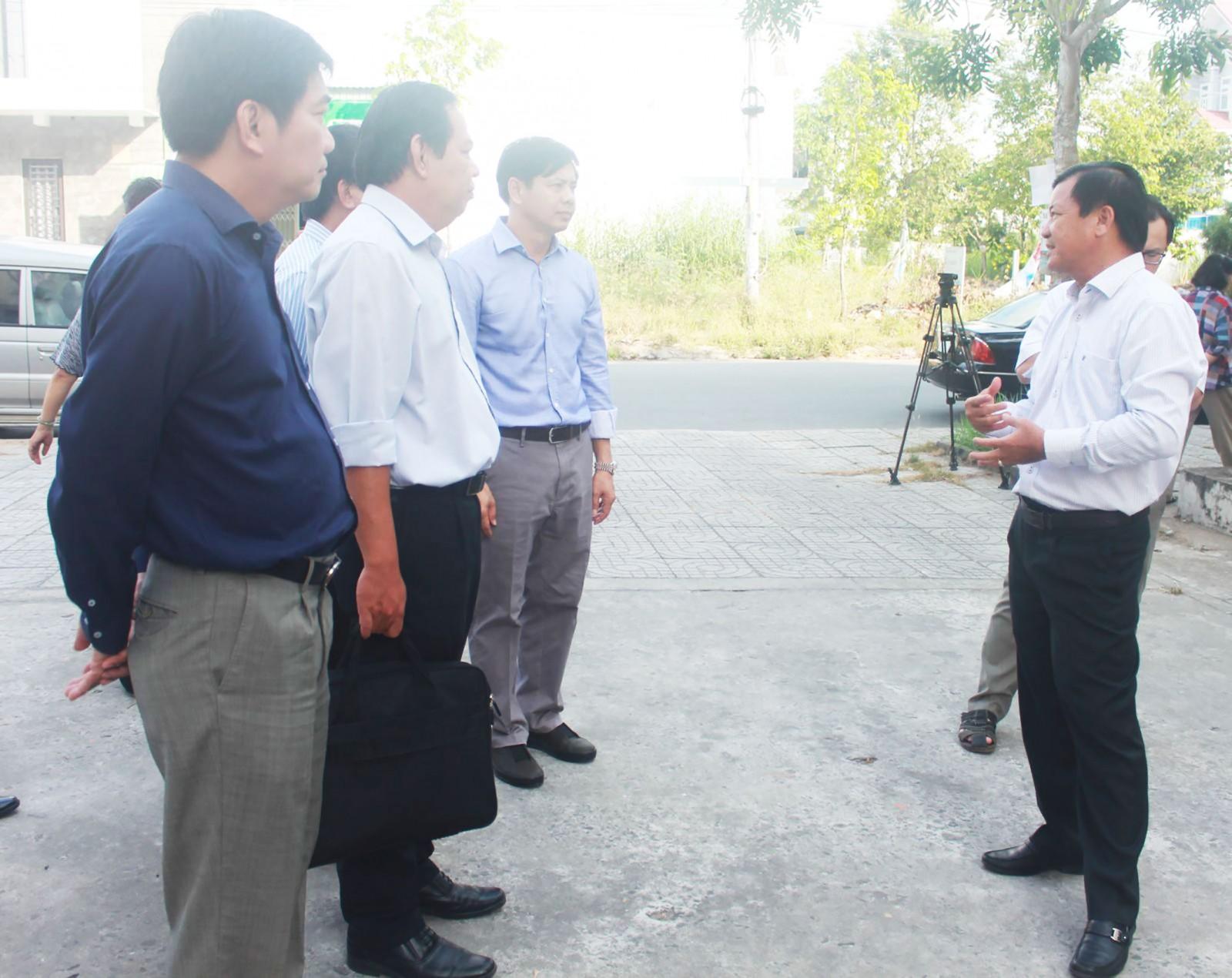 Phó Chủ tịch Thường trực UBND TP Cần Thơ Đào Anh Dũng (bìa phải) khảo sát thực tế chung cư Hồng Loan. Ảnh: MINH HUYỀN