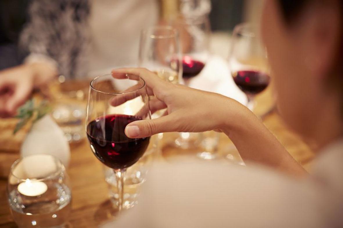 Uống rượu cũng gây ung thư như hút thuốc lá. Ảnh: Getty