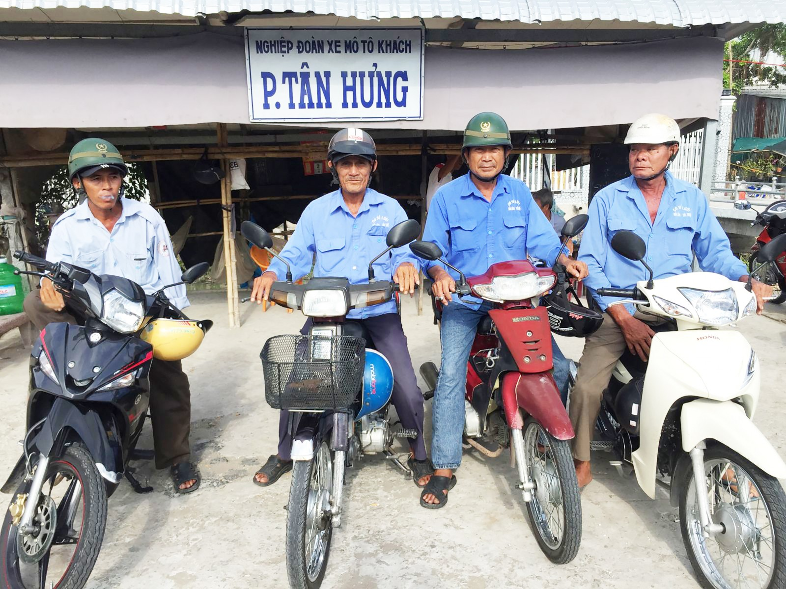 Các thành viên của Nghiệp đoàn mô tô khách phường Tân Hưng. Ảnh: CHẤN HƯNG
