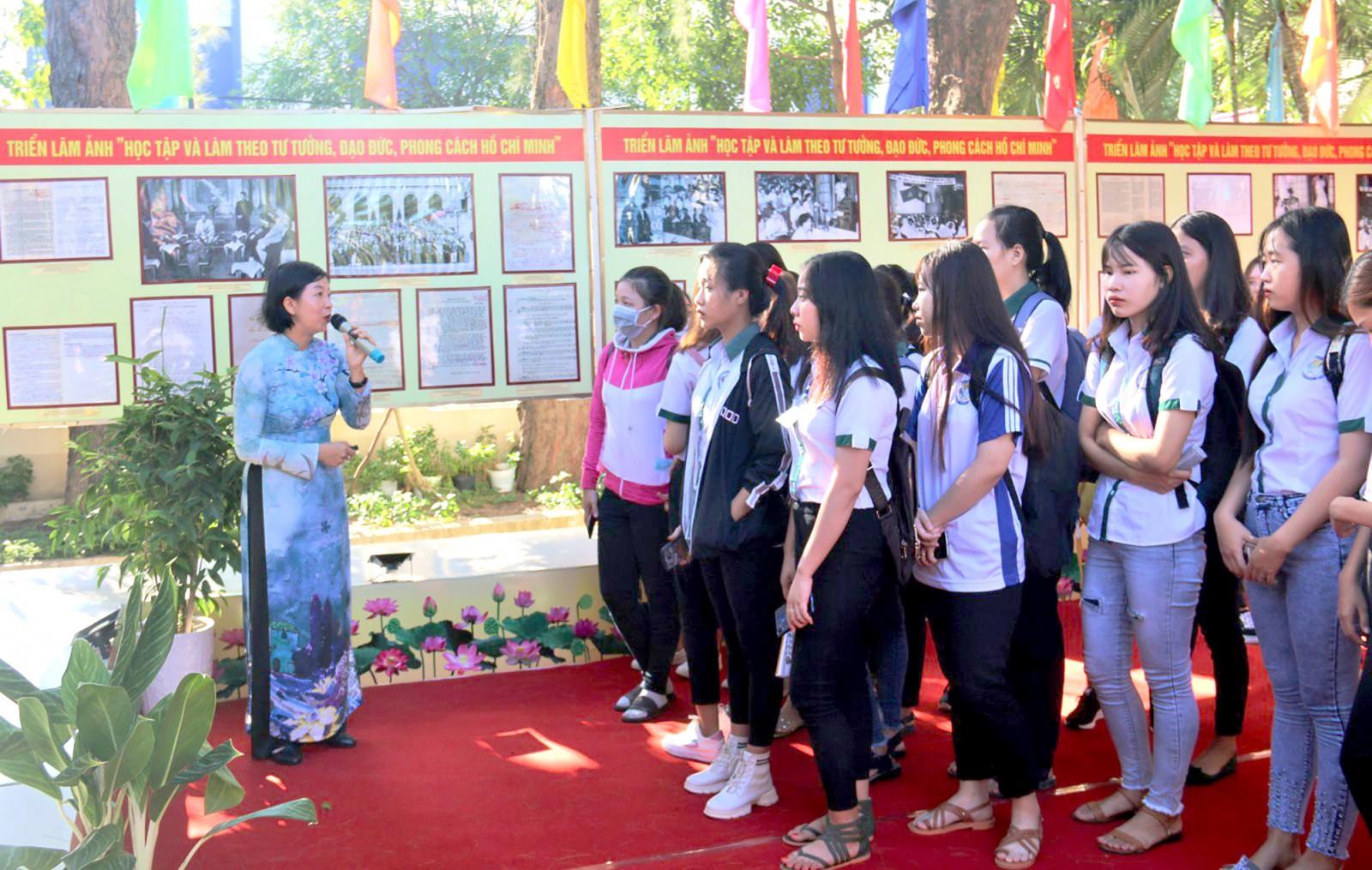 """Học sinh xem triển lãm ảnh """"Học tập và làm theo tư tưởng, đạo đức, phong cách Hồ Chí Minh"""". Ảnh: ĐĂNG HUỲNH"""
