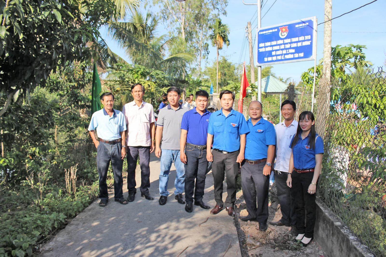 Đoàn viên thanh niên phường Tân Phú, quận Cái Răng và nhân dân tại lễ ra mắt tuyến đường Chung sức thắp sáng quê hương tại khu vực Phú Lễ. Ảnh: TÂM KHOA